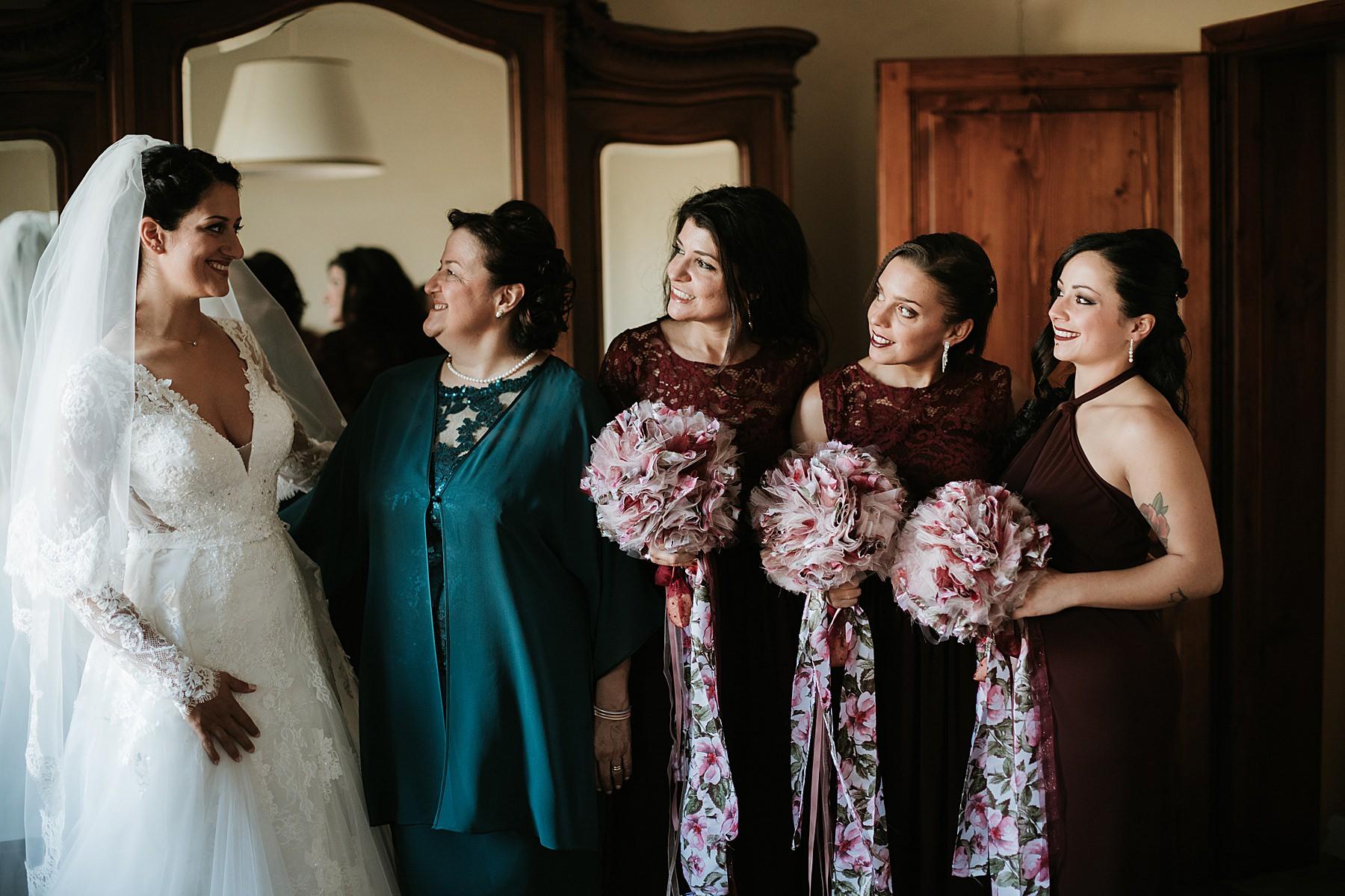 Matrimonio romantico nel chianti preparazione sposa con damigelle