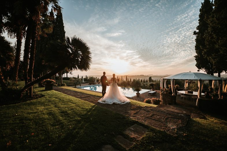 sposi davanti al tramonto all'Antica Fattoria di Paterno