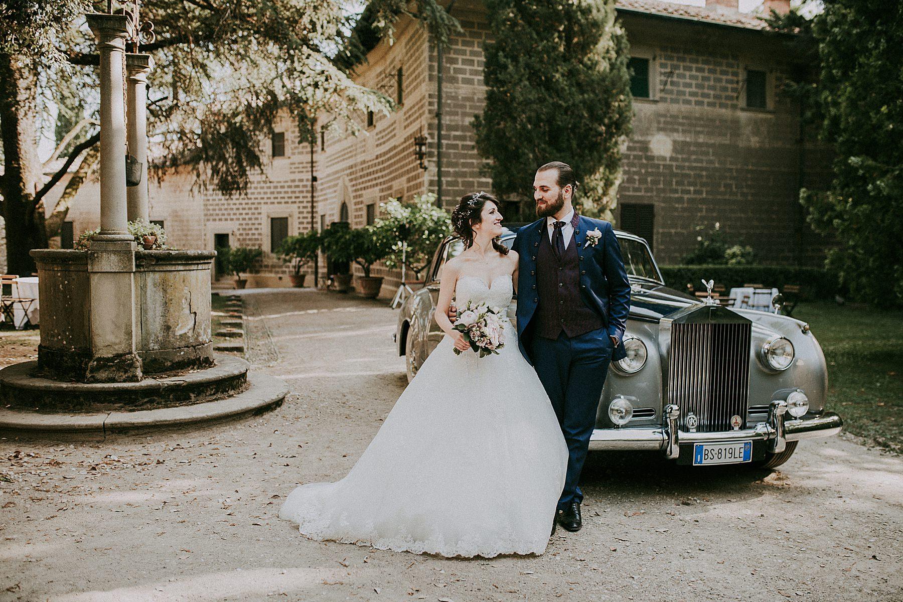 Sposo e sposa con limousine