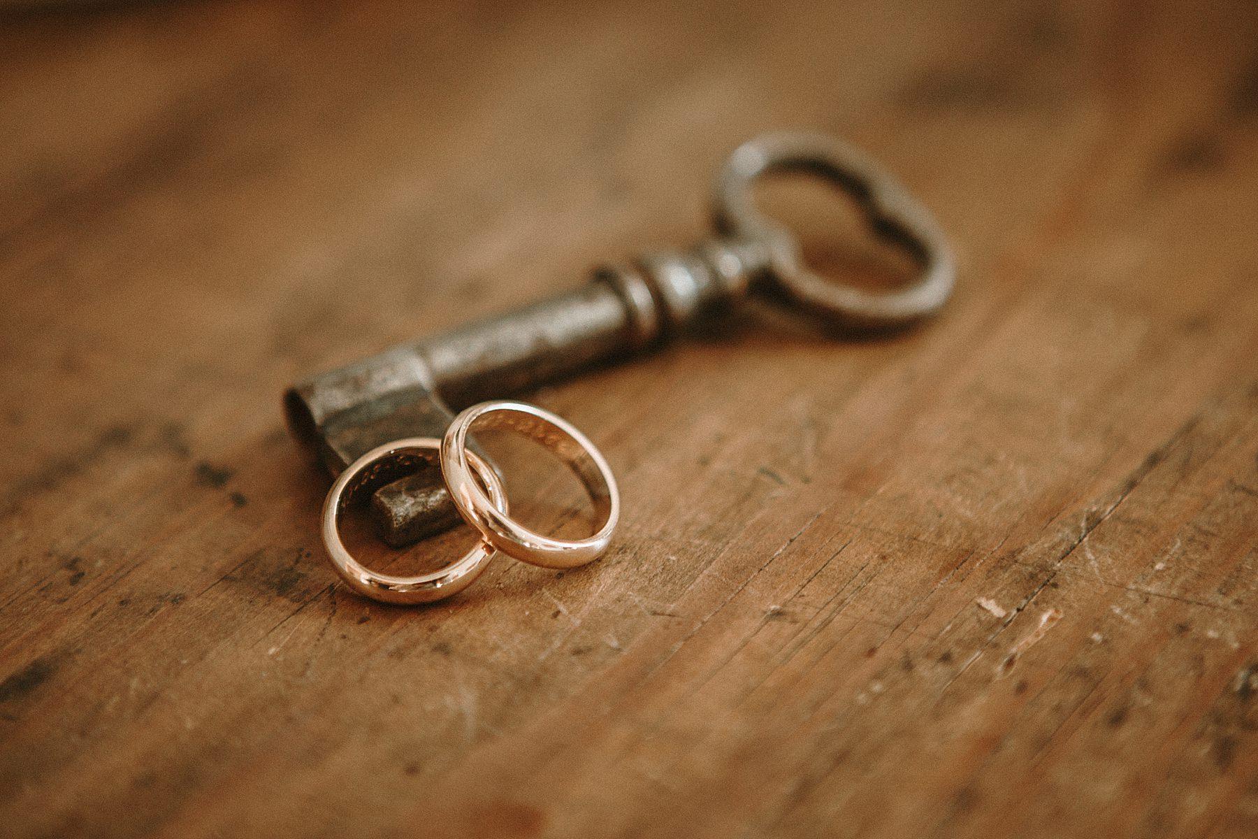 Foto anelli sposi con chiave antica