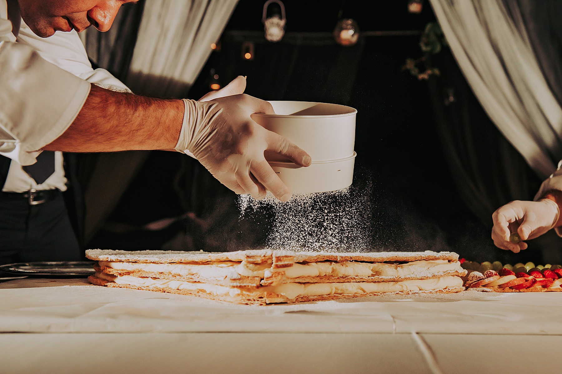 Matrimonio a Villa di Striano in Mugello preparazione torta del catering