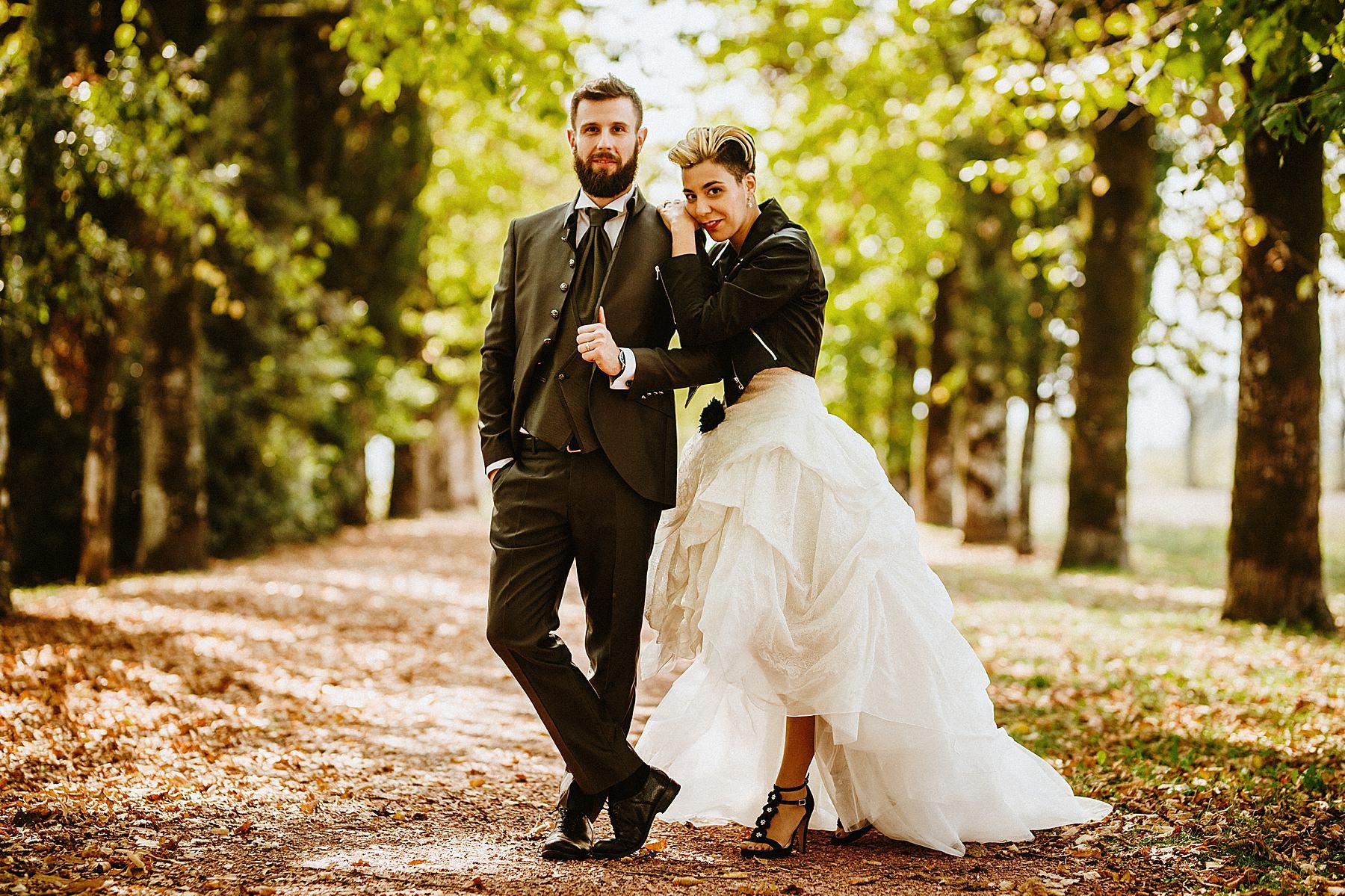 Sposa rock con chiodo nero in pelle e abito bianco