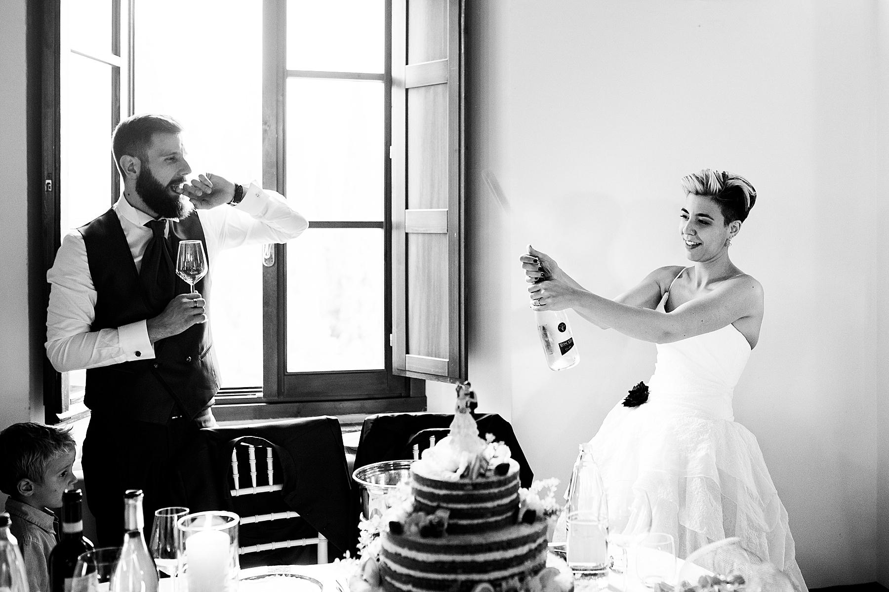Sposa che stappa lo spumante