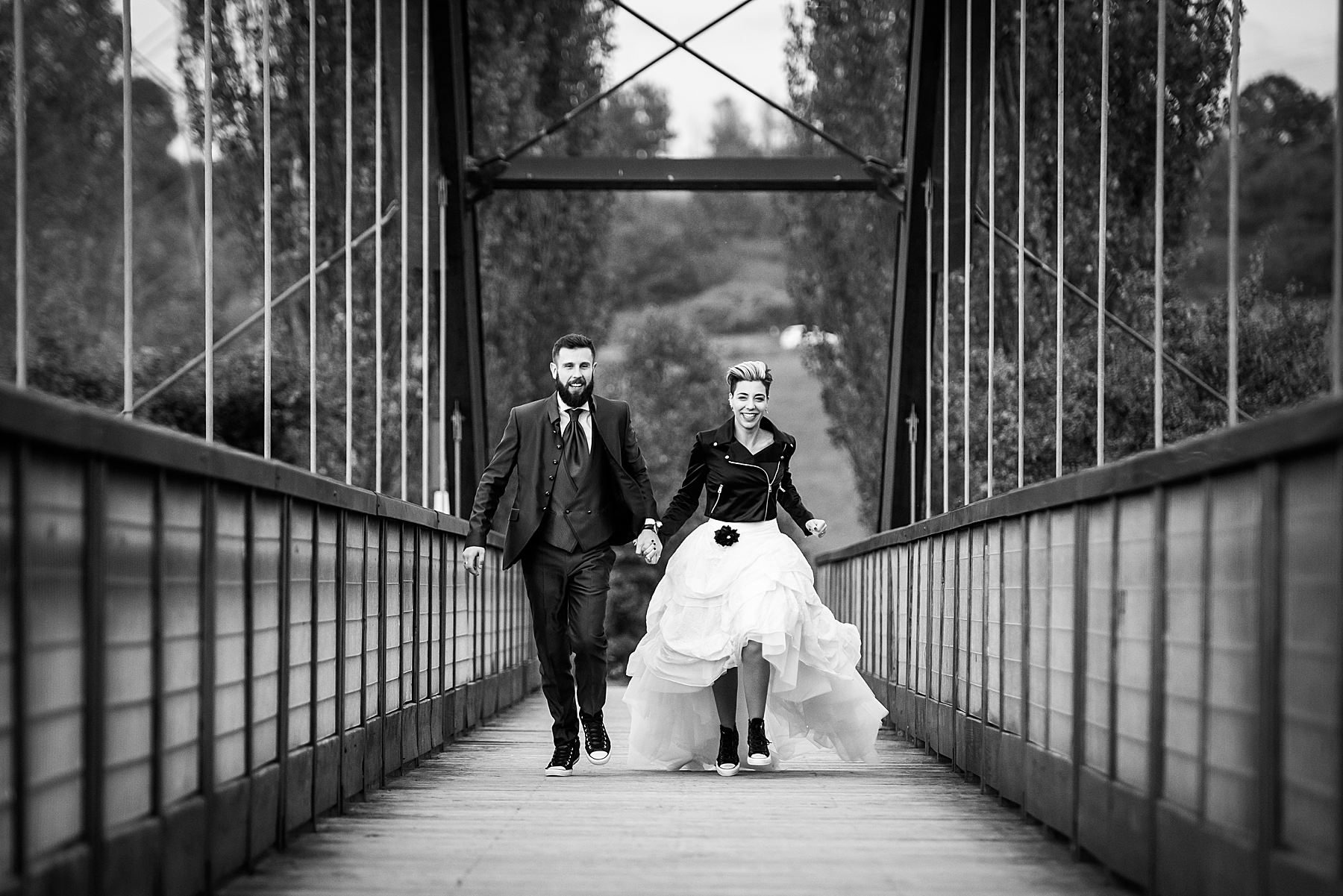 Sposi che corrono sul ponte sul Lago di Bilancino