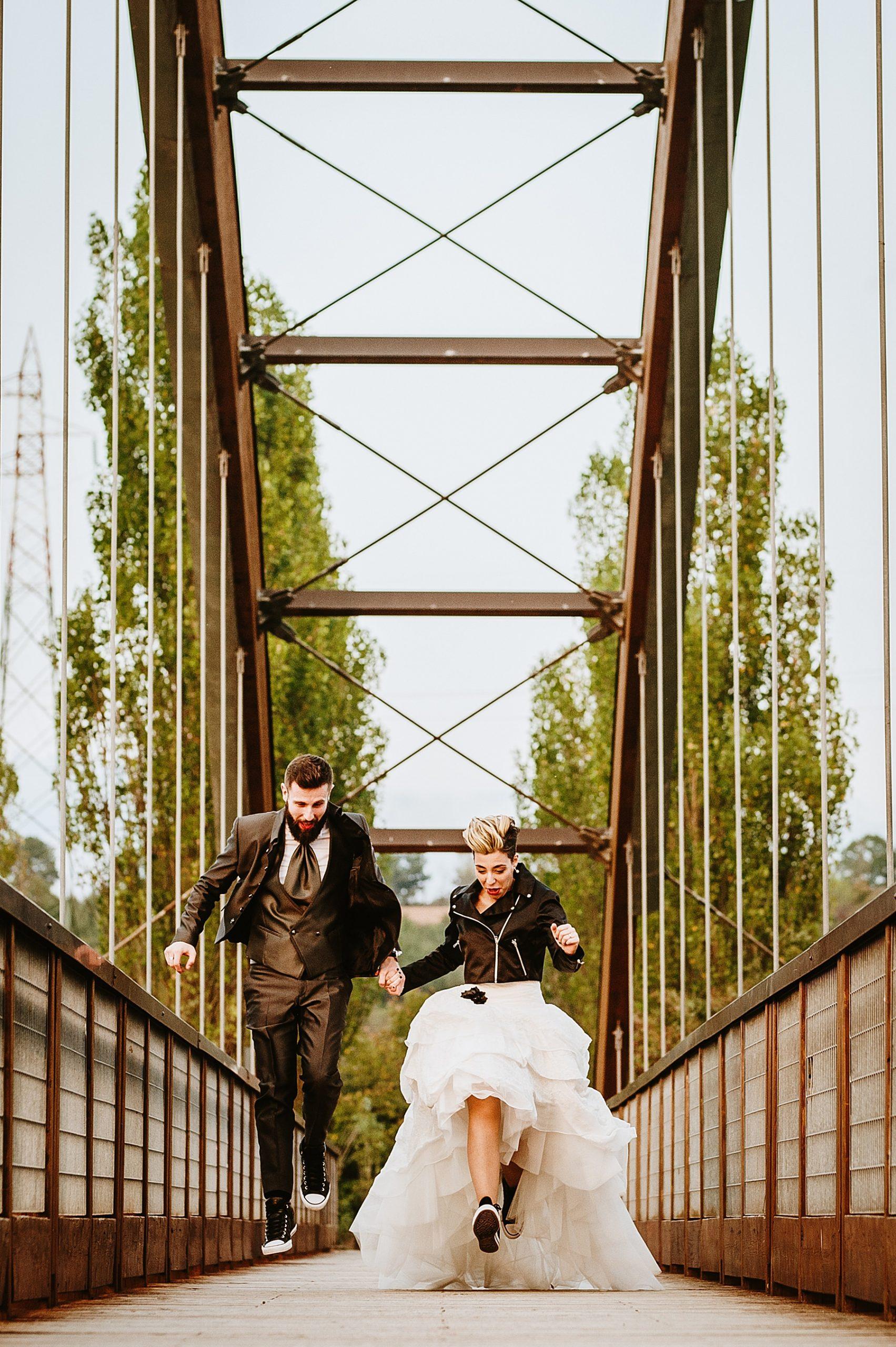 Bellissimi sposi che corrono e saltano