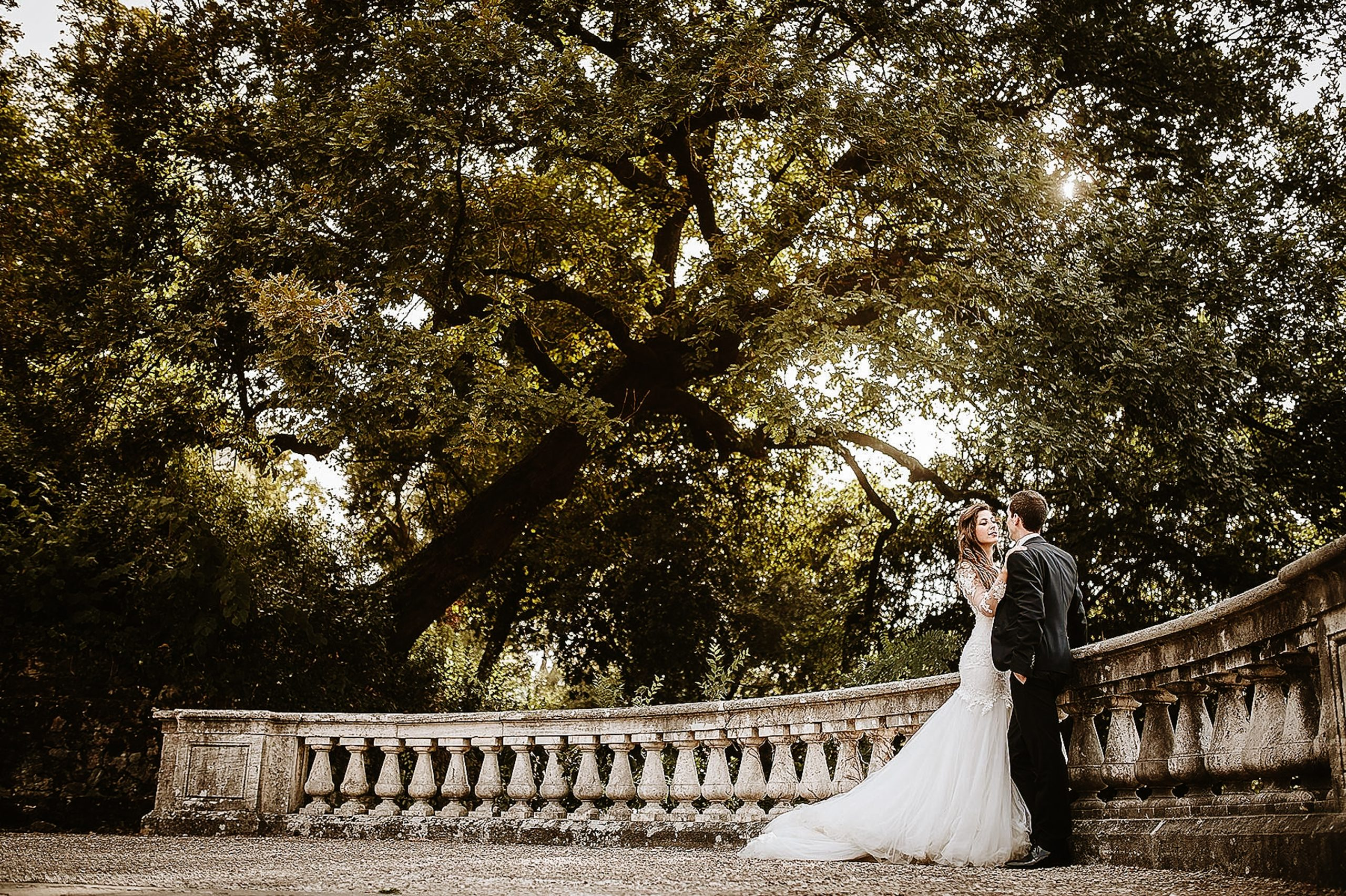 Sposi abbracciati sulla terrazza di San Miniato a Firenze