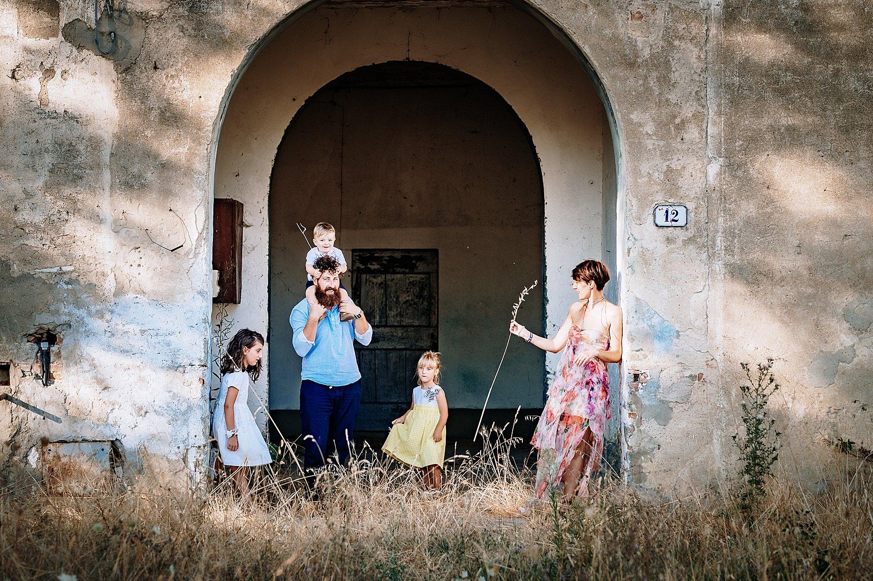 Servizio fotografico di famiglia nel Mugello in campagna
