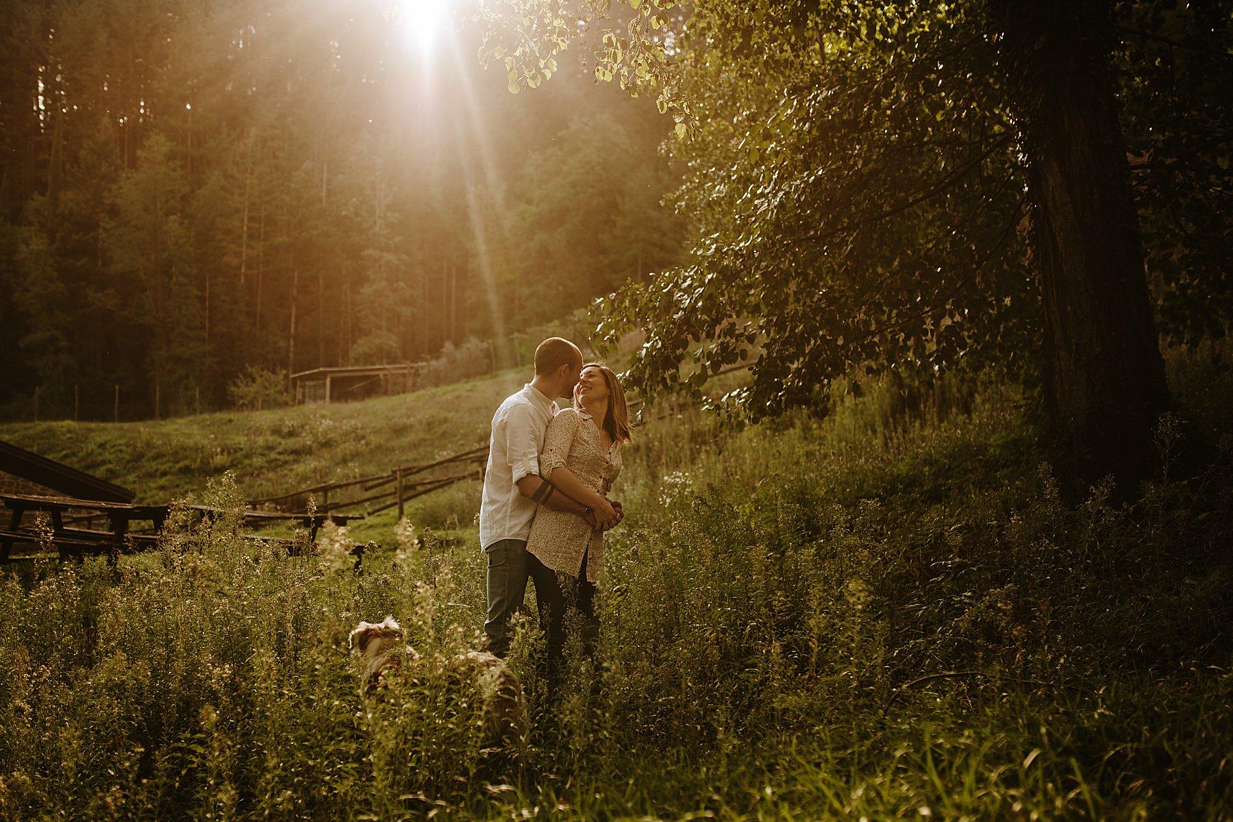 Servizio fotografico di coppia all'aperto