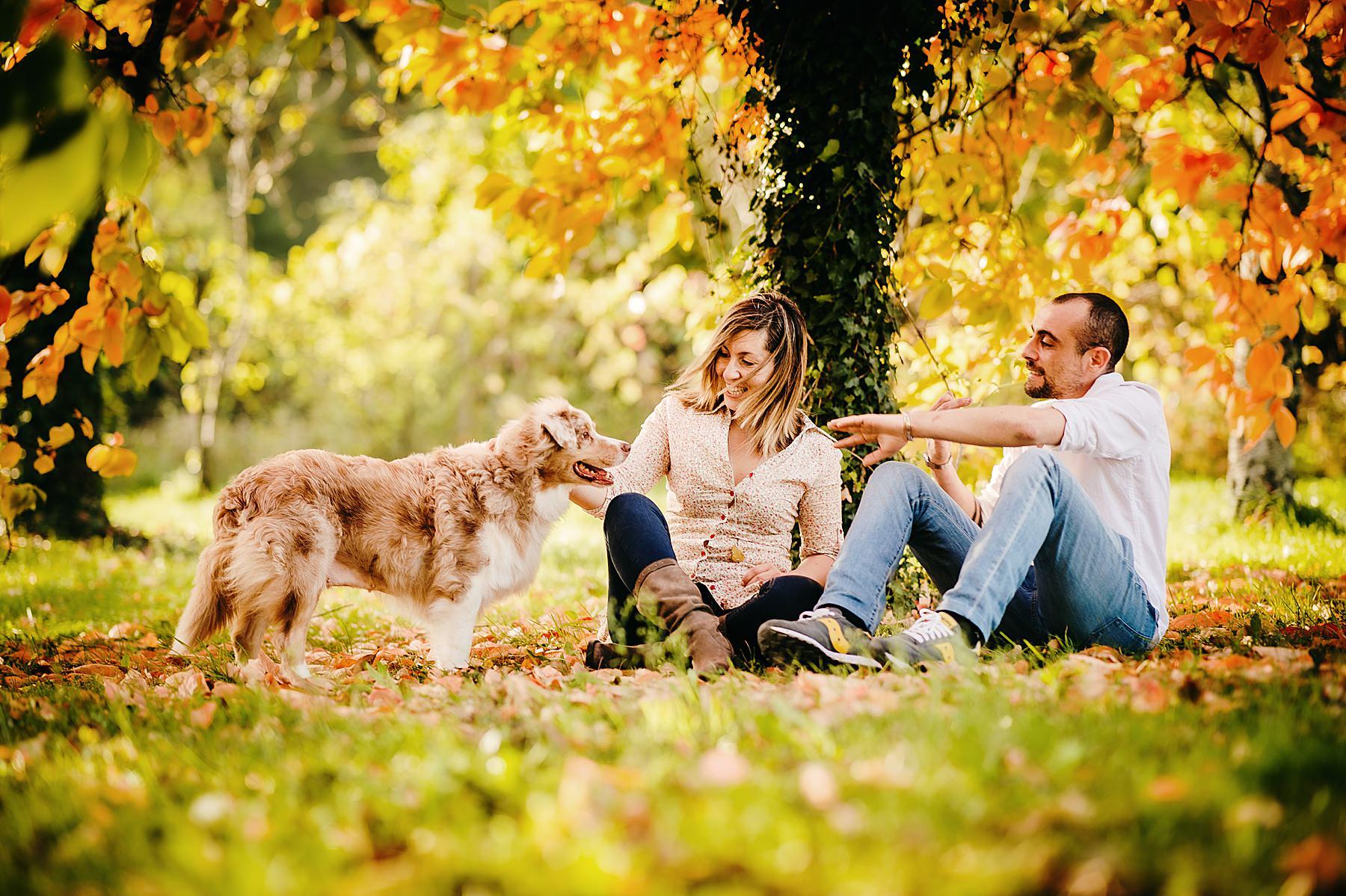 Servizio fotografico di coppia all'aperto in autunno