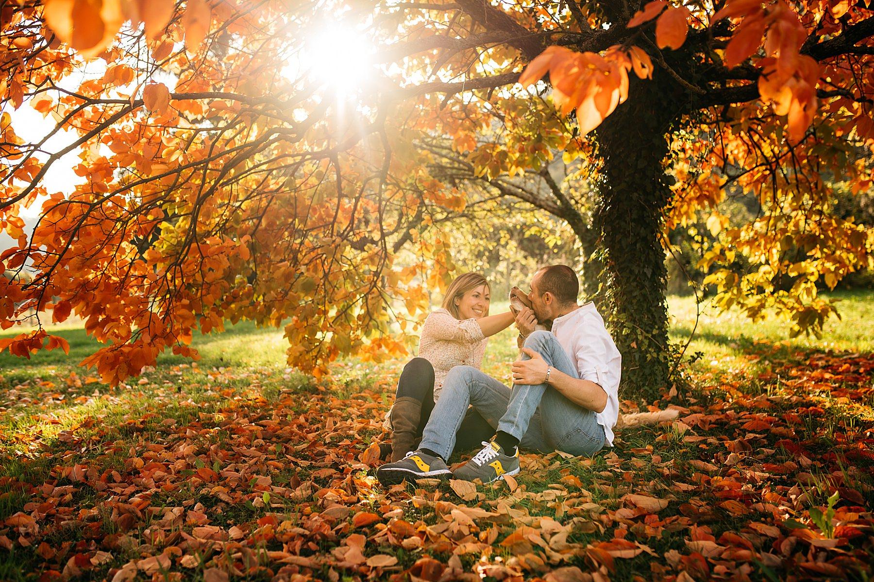 Servizio fotografico di coppia all'aperto in autunno con il cane