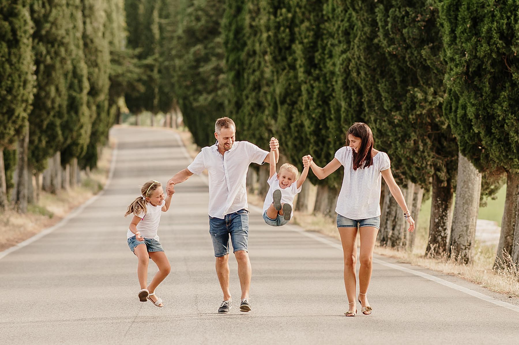Servizio fotografico di famiglia nel Mugello con i cipressi