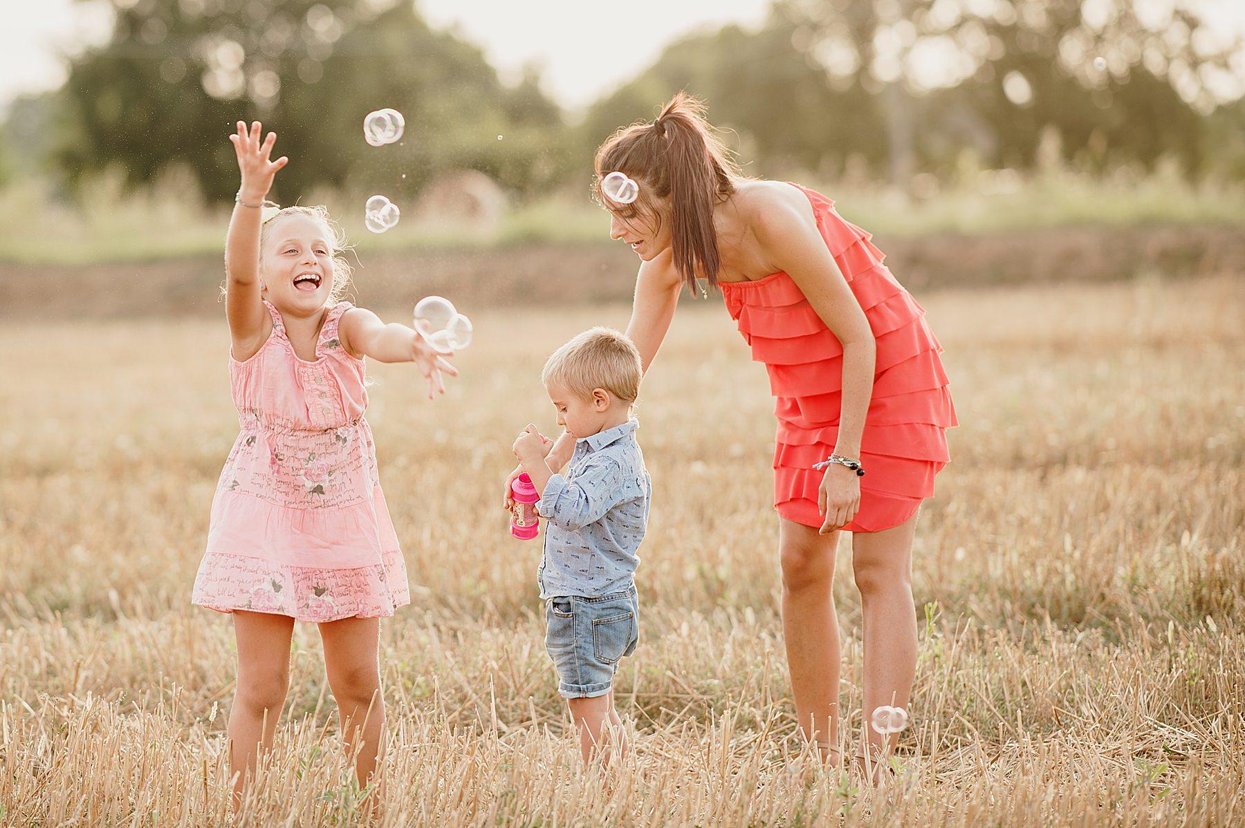 Servizio fotografico di famiglia nel Mugello bambini con le bolle di sapone