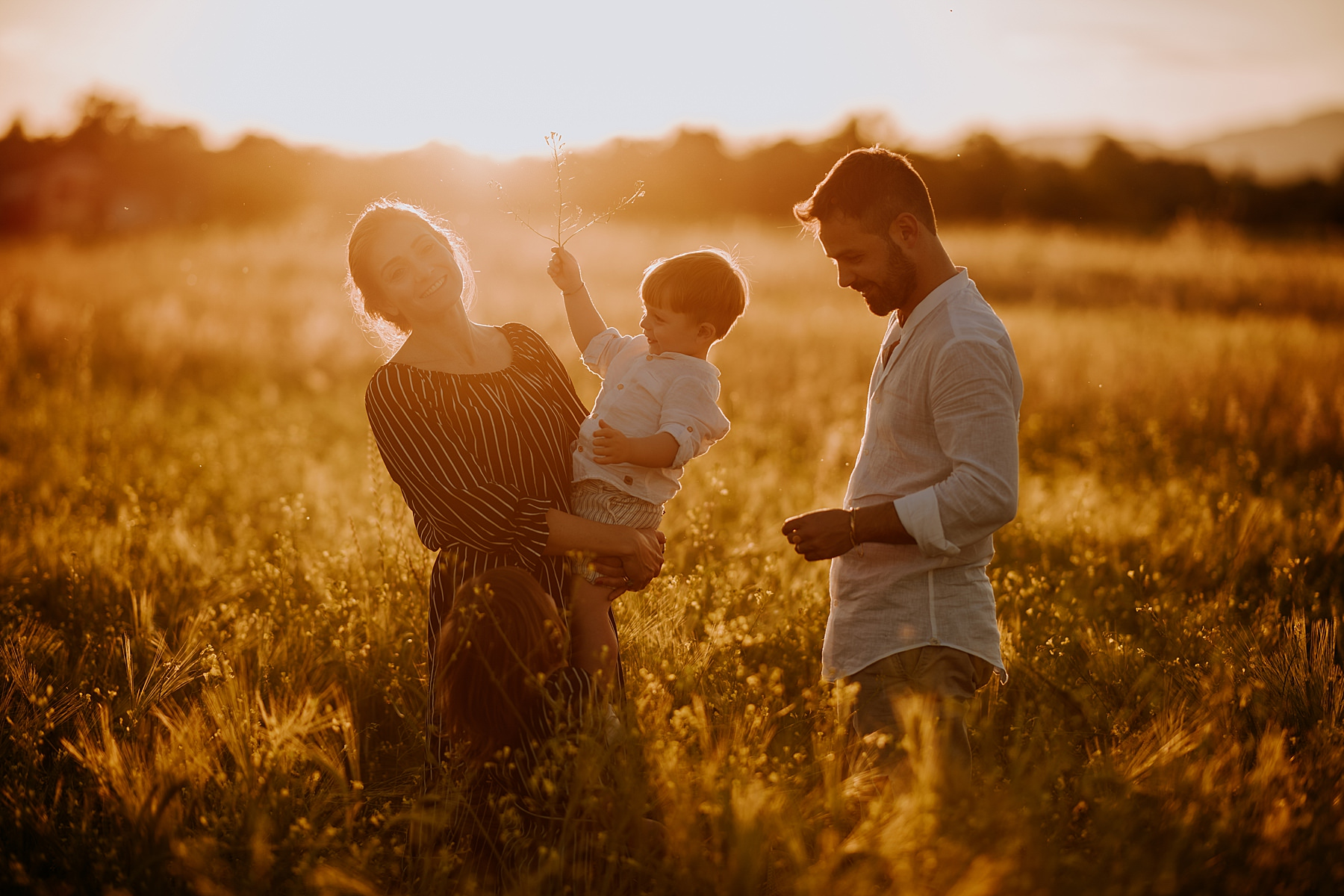 servizio fotografico di famiglia all'aperto al tramonto