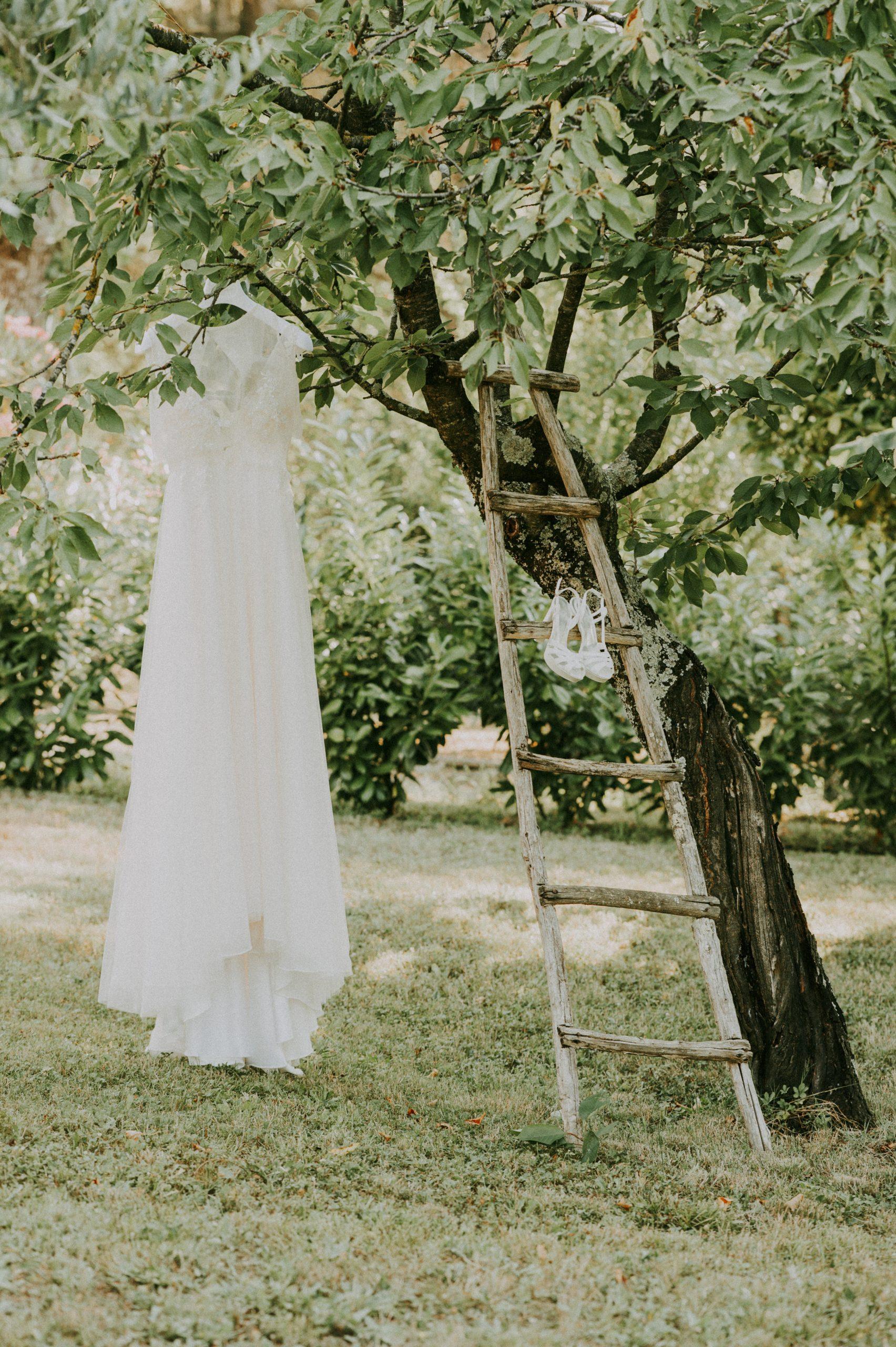 Abito sposa appeso all'albero in giardino