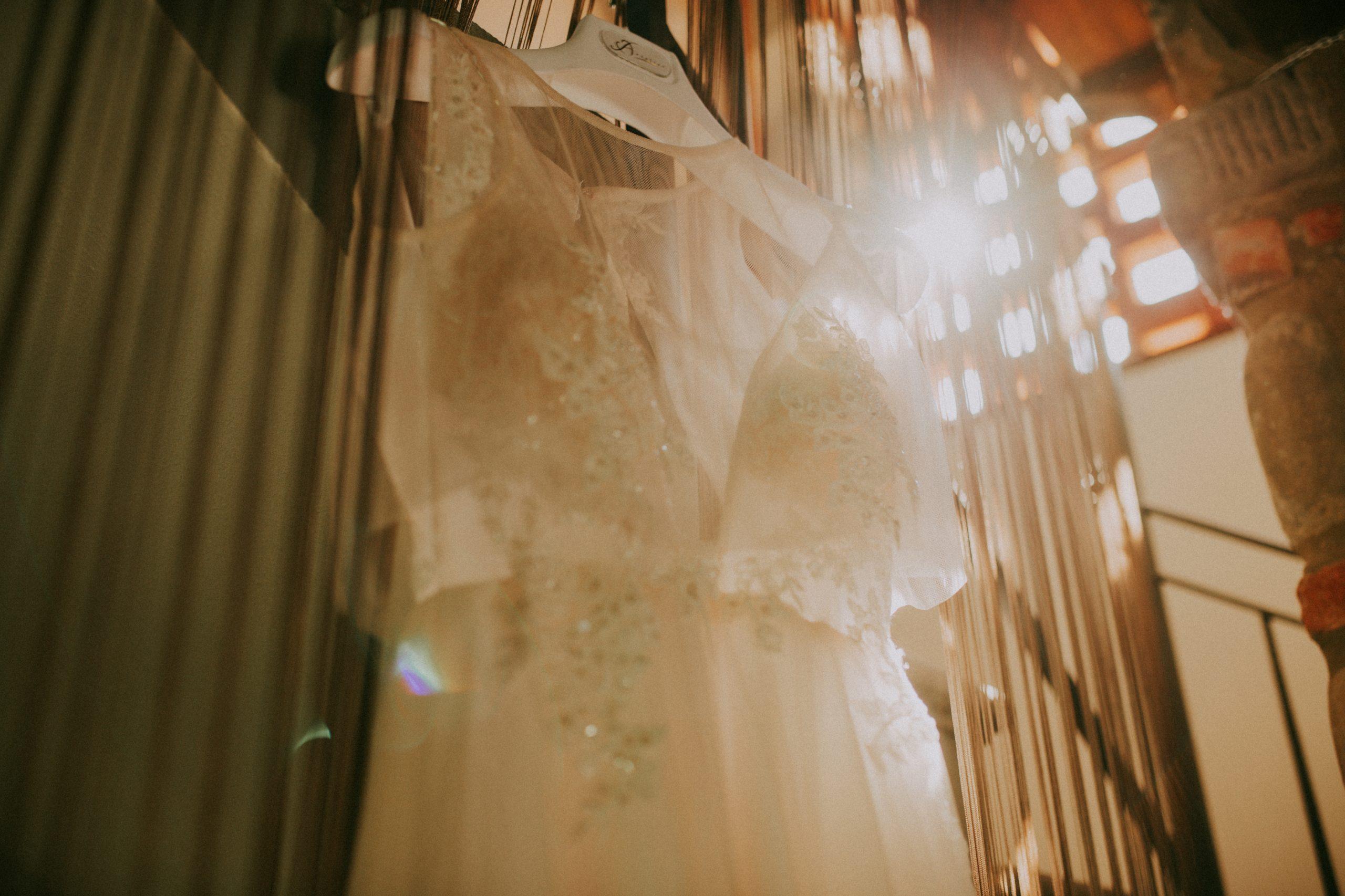 vestito sposa appeso in casa