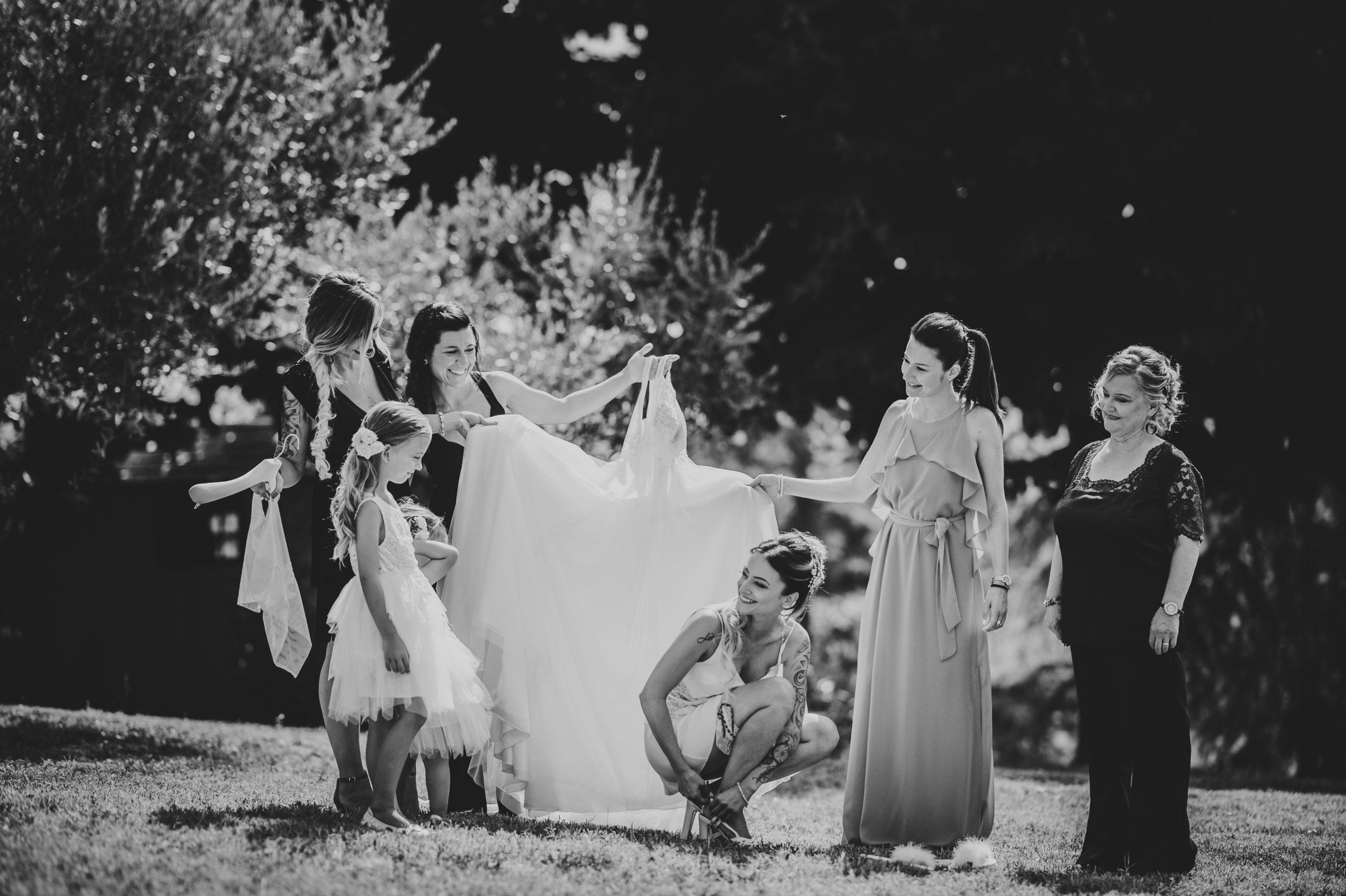 sposa che indossa l'abito in giardino