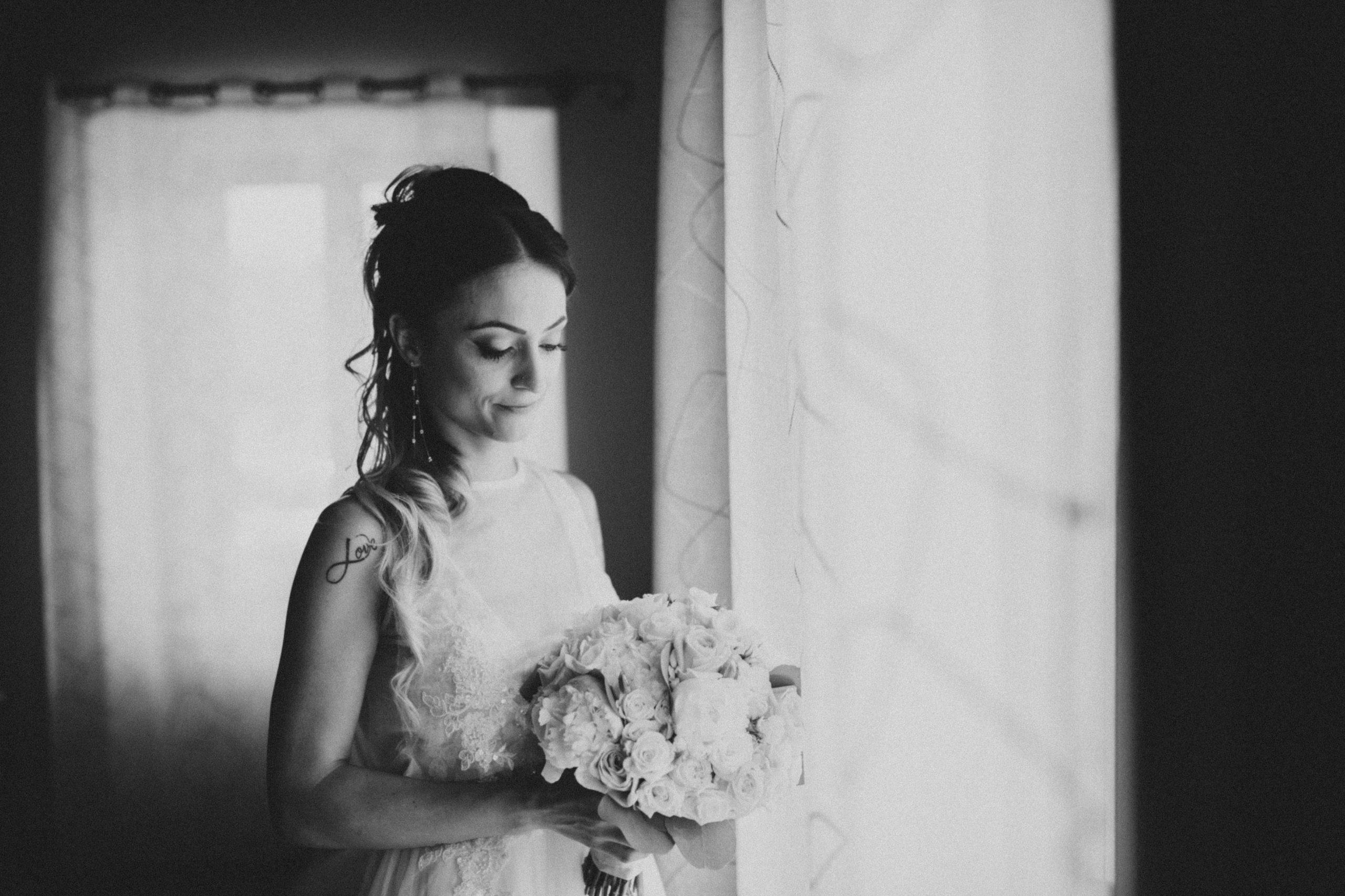 bellissima sposa davanti alla finestra