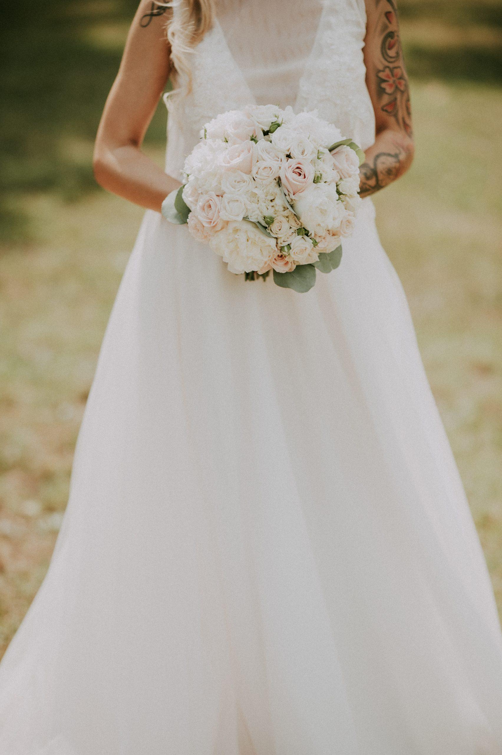 bouquet sposa con rose bianche e rosa