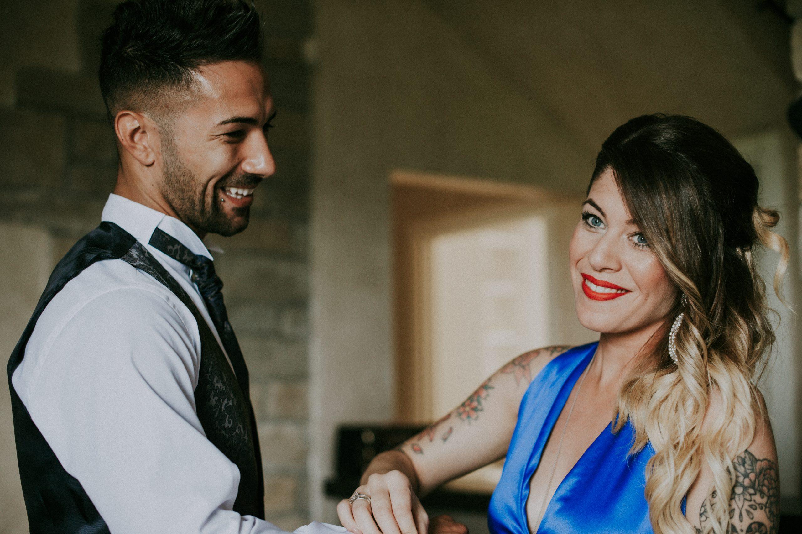 sorella che aiuta lo sposo a vestirsi