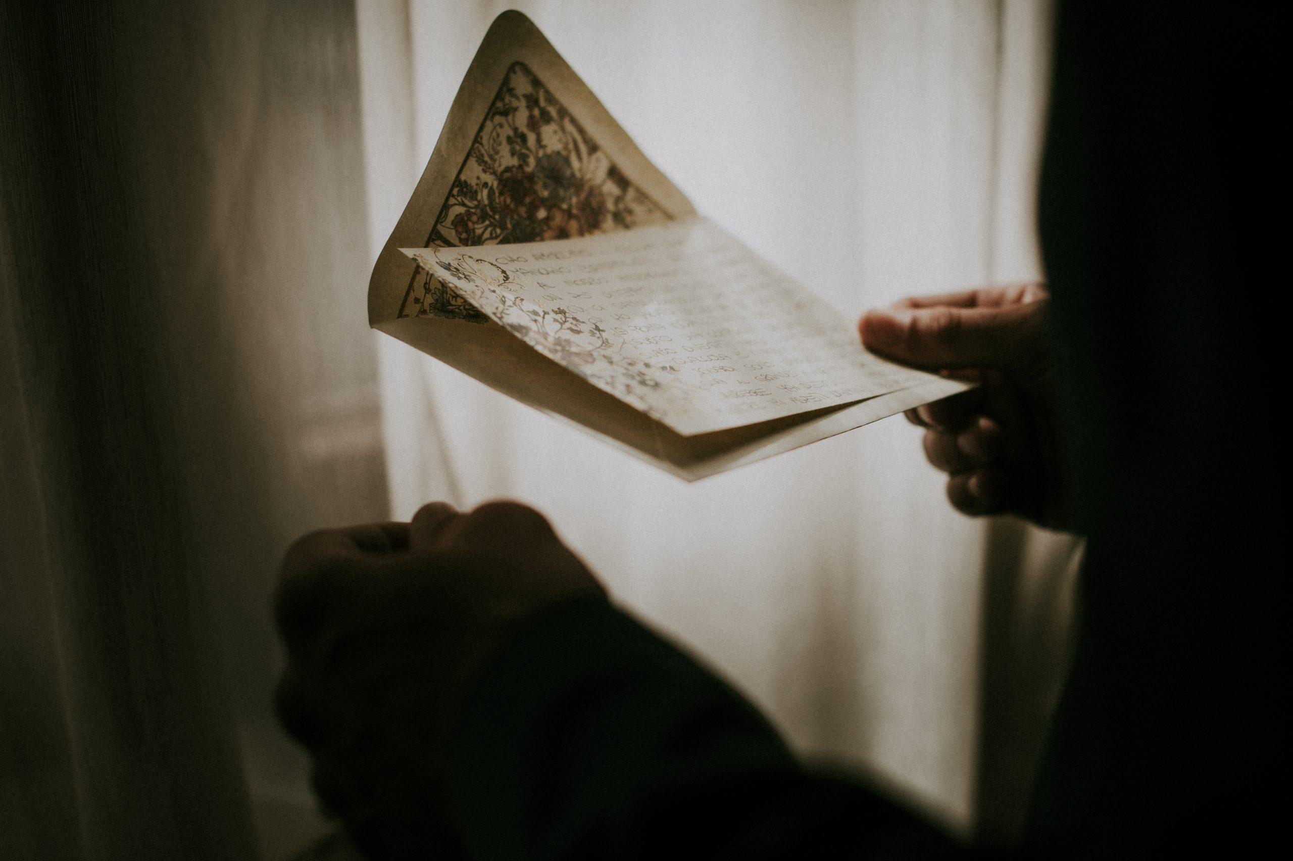 sposo che legge la lettera alla sposa