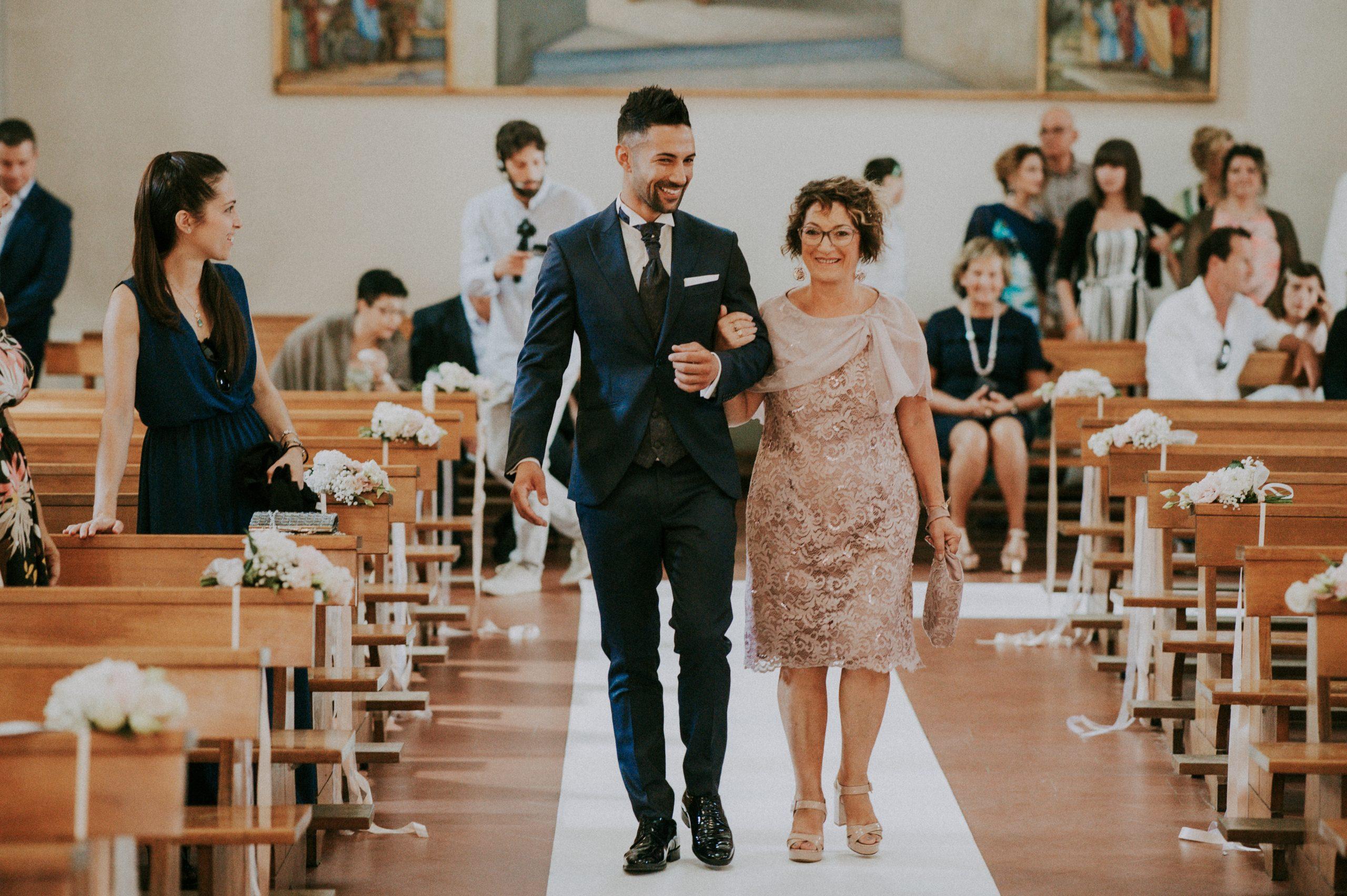 Entrata dello sposo con la mamma nella chiesa di Vicchio