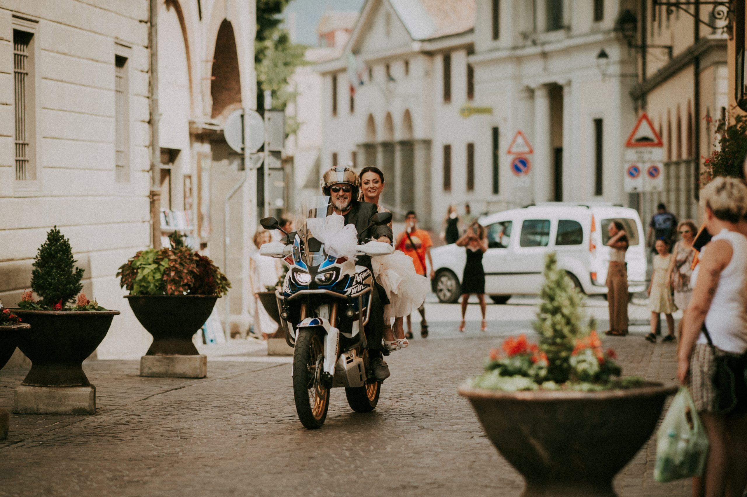 arrivo della sposa in moto alla chiesa di Vicchio