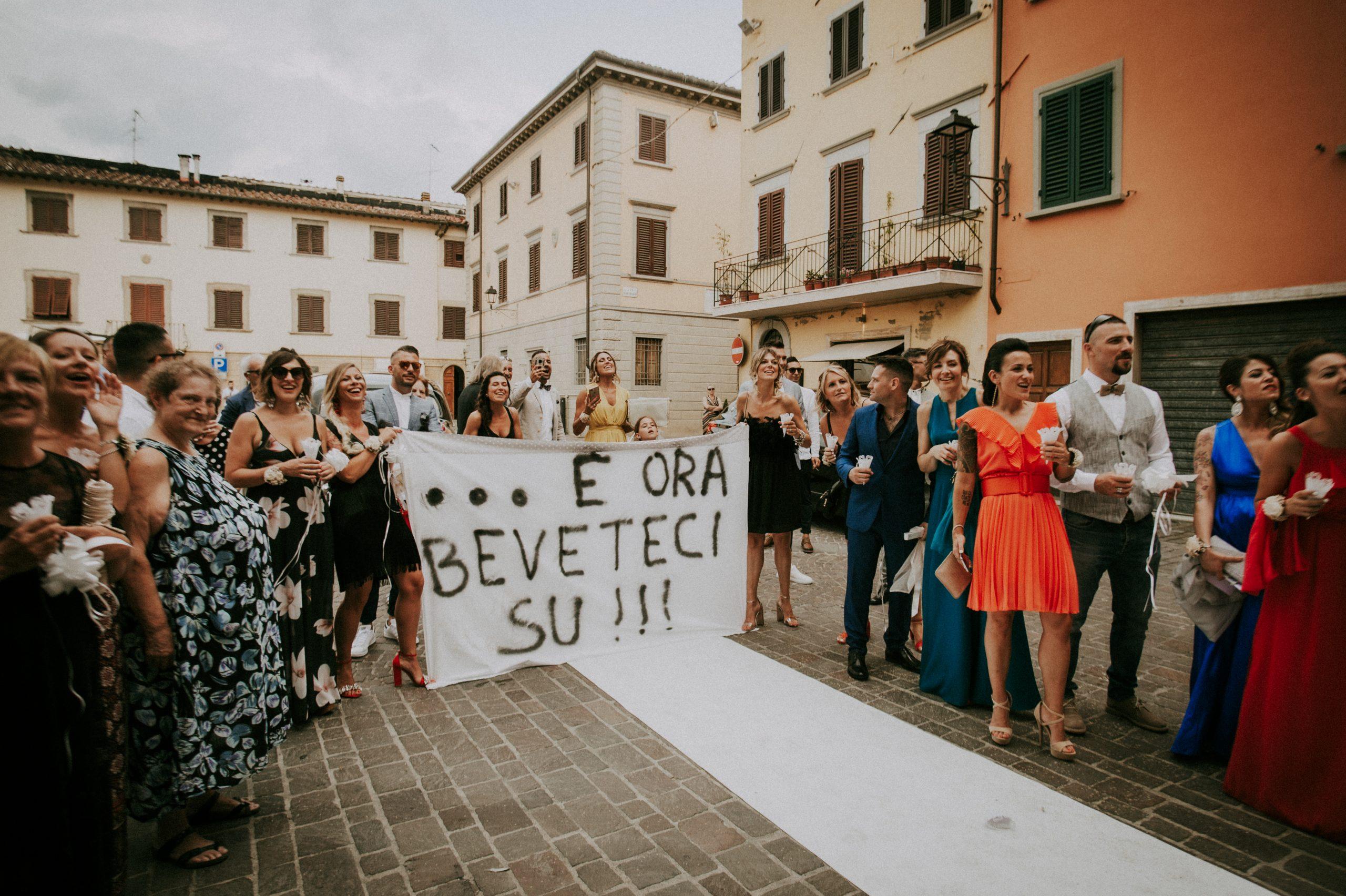 amici degli sposi davanti alla chiesa di Vicchio con gli striscioni