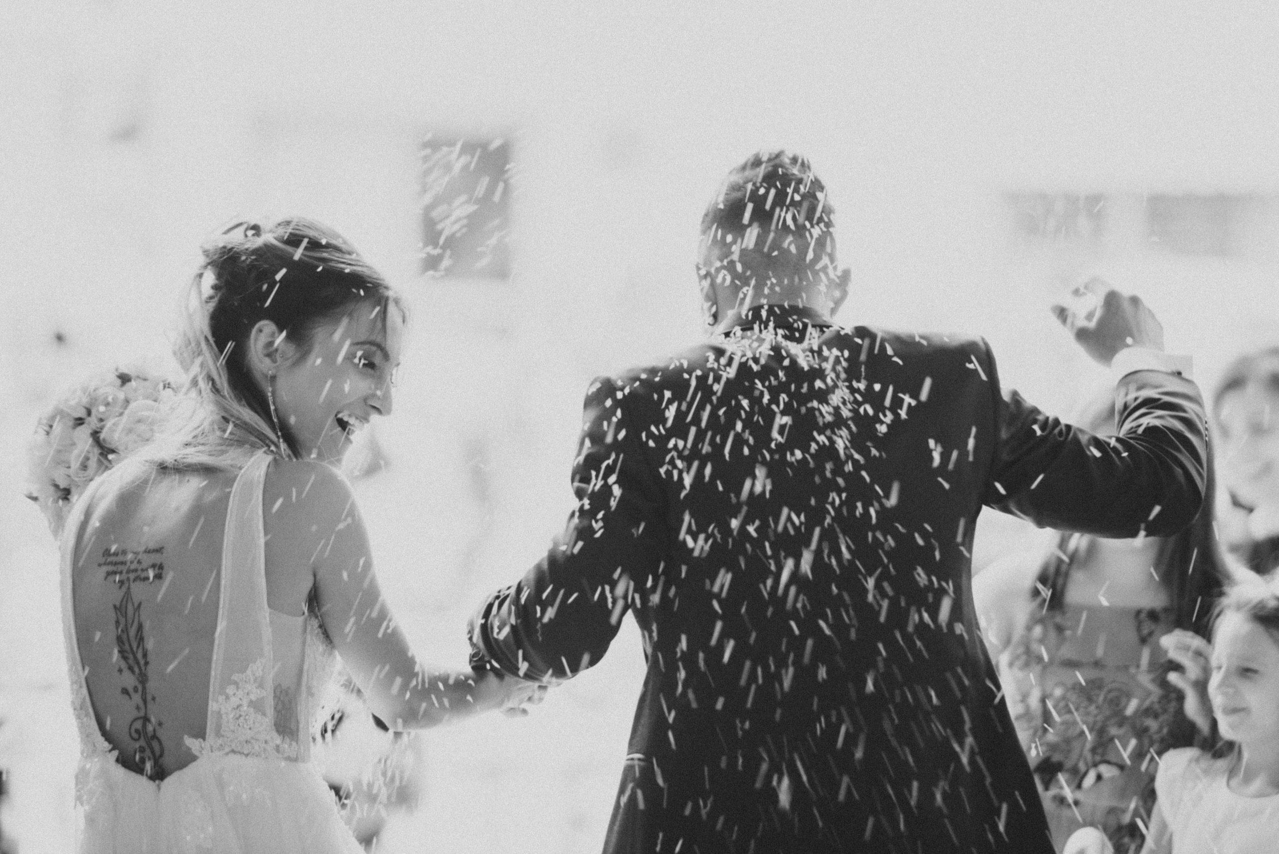 Uscita degli sposi dalla chiesa in bianco e nero