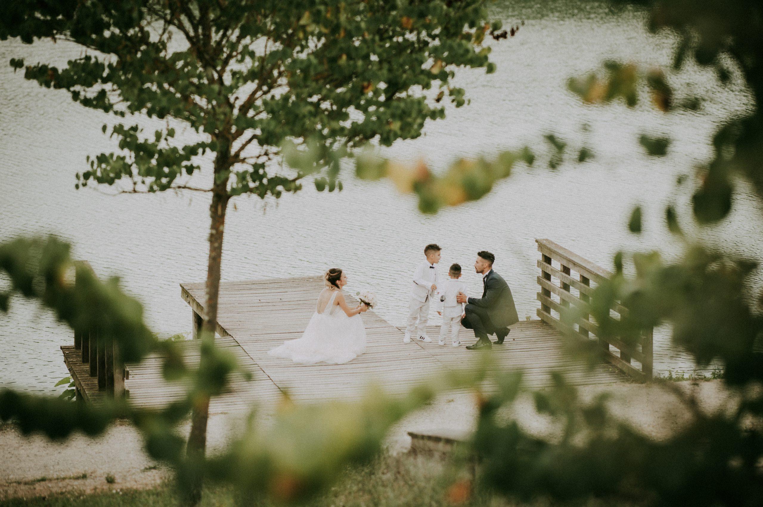 foto degli sposi insieme ai figli al lago di Montelleri a Vicchio