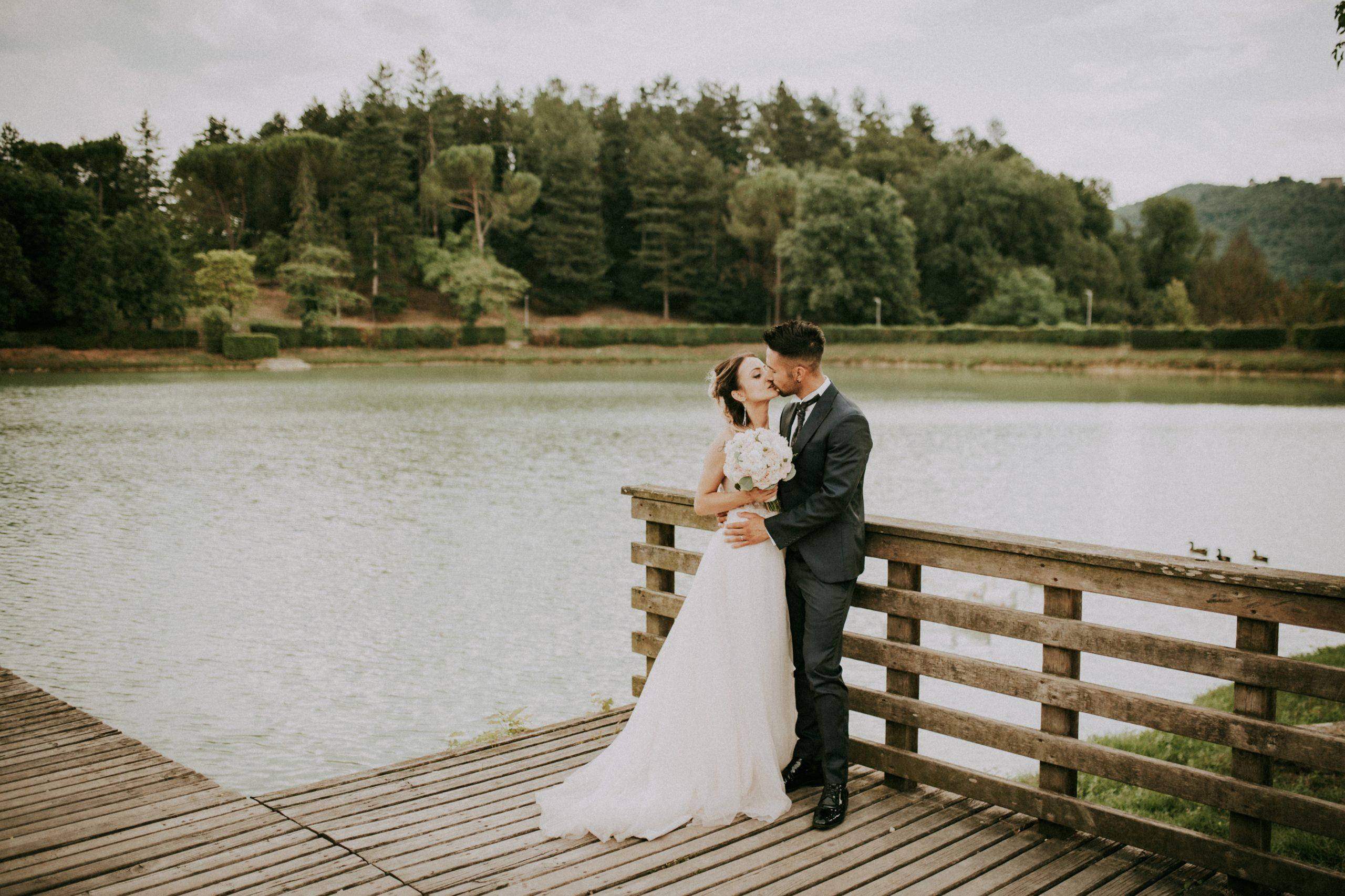 foto degli sposi al lago di Montelleri a Vicchio nel Mugello