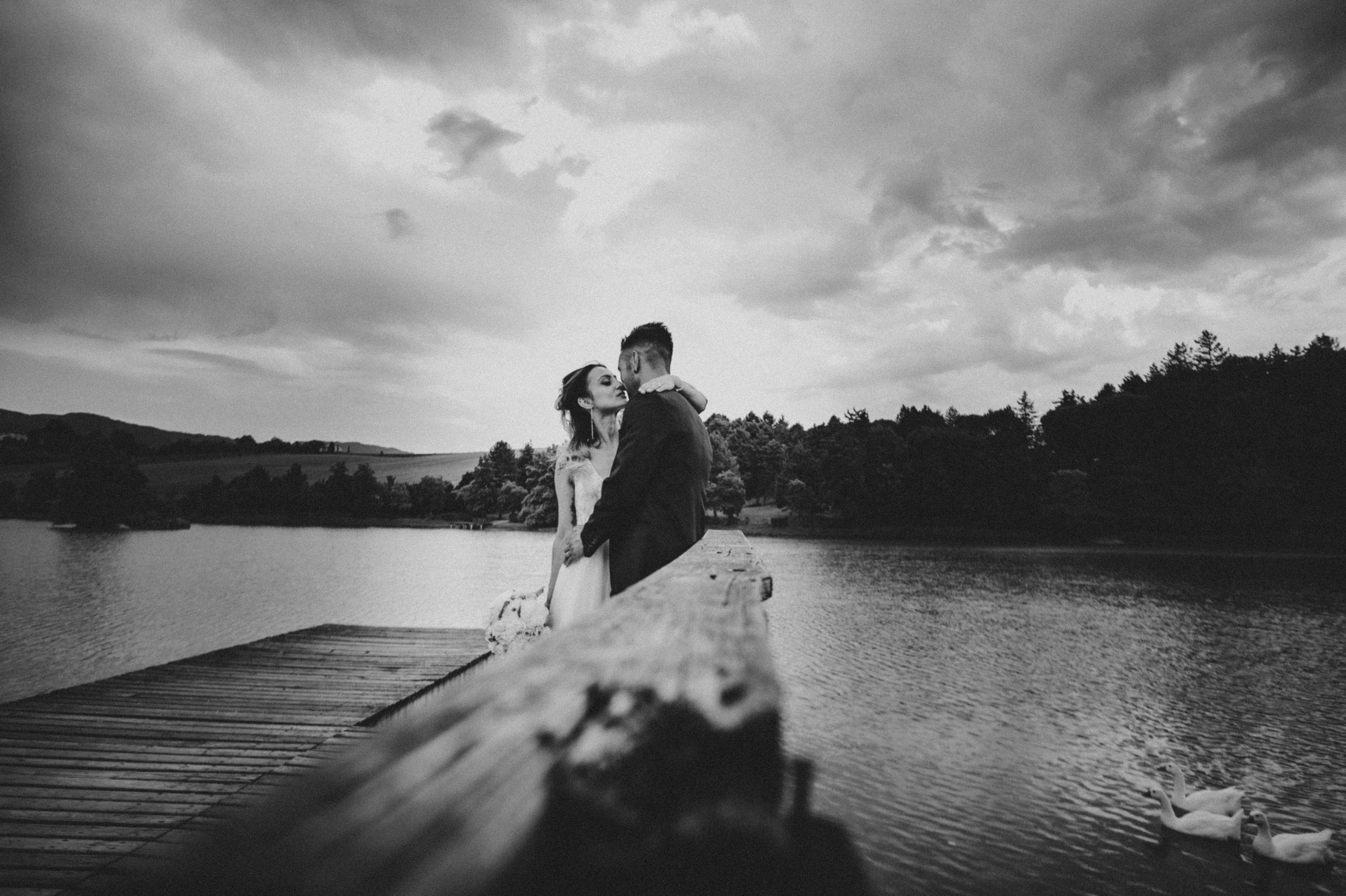bellissima foto in bianco e nero degli sposi al lago di Montelleri a Vicchio nel Mugello con le papere
