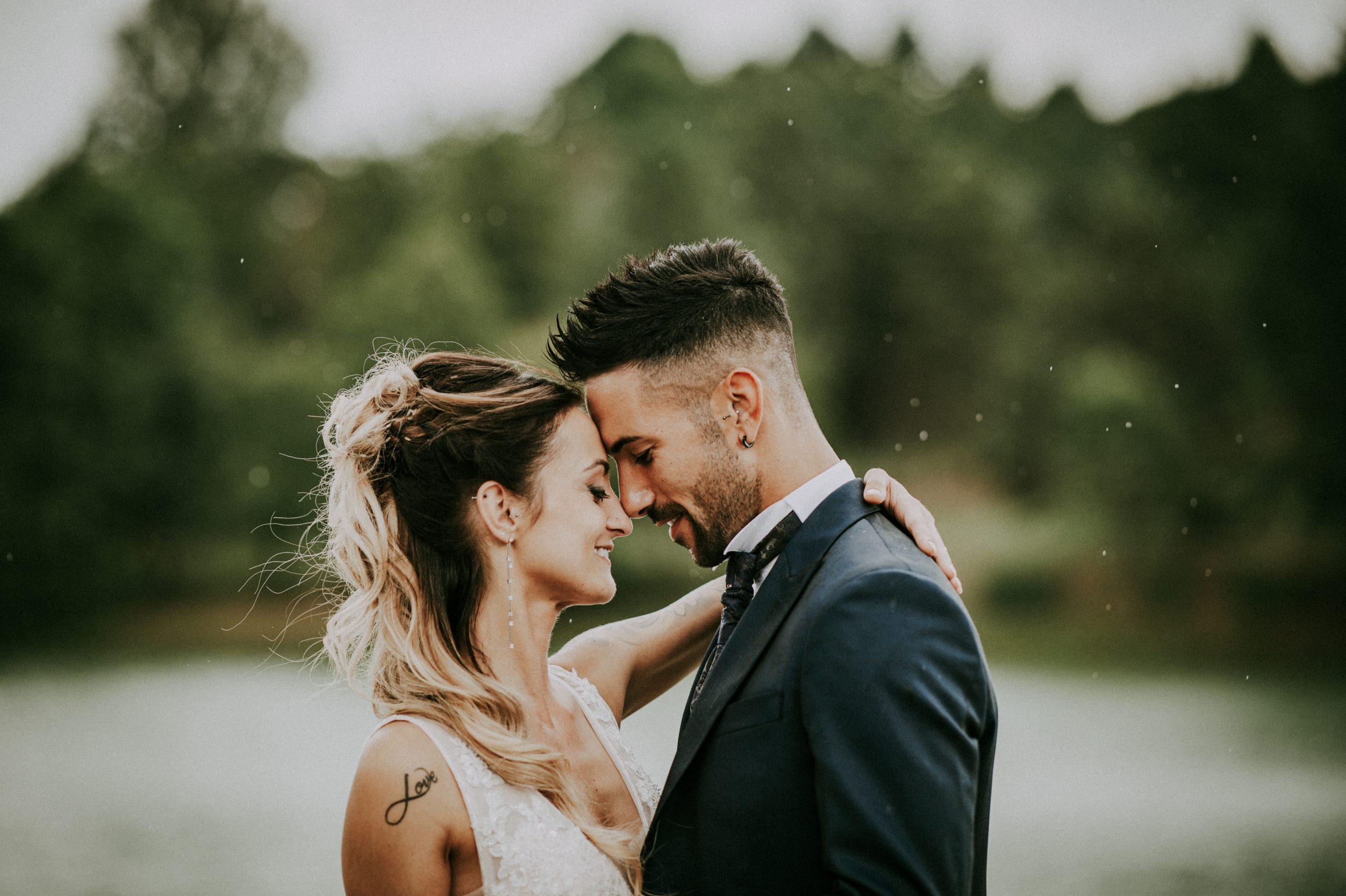 Un momento romantico per una bellissima coppia di sposi nel Mugello a Villa di corte. Massimiliano Santoni Fotografo di Matrimonio