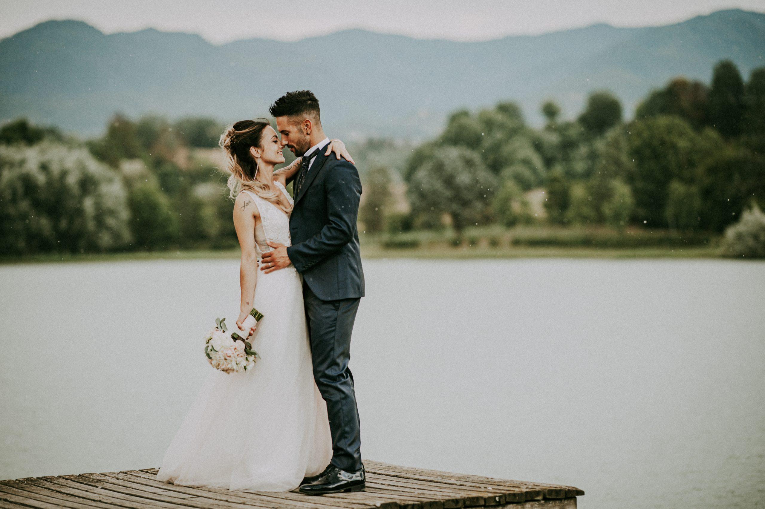 bellissima foto degli sposi mentre piove al lago di Montelleri a Vicchio nel Mugello