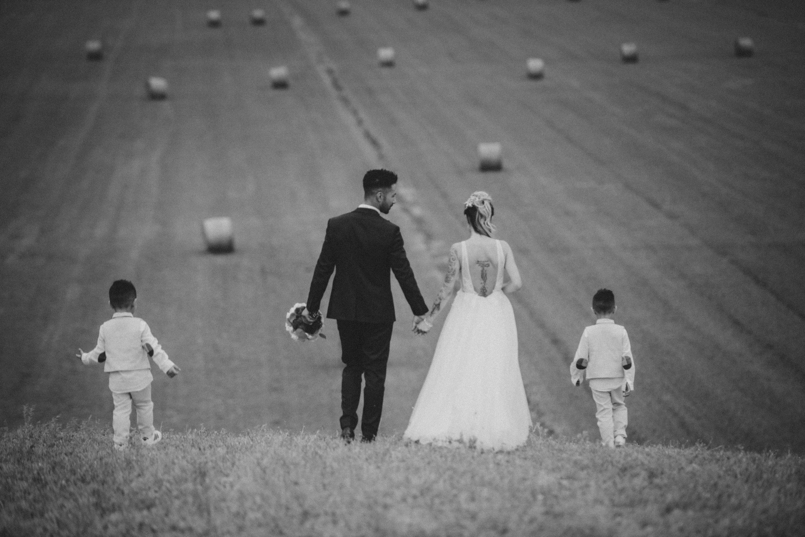 bellissima foto degli sposi a Borgo San Lorenzo nel Mugello nel campo di grano con le rotoballe
