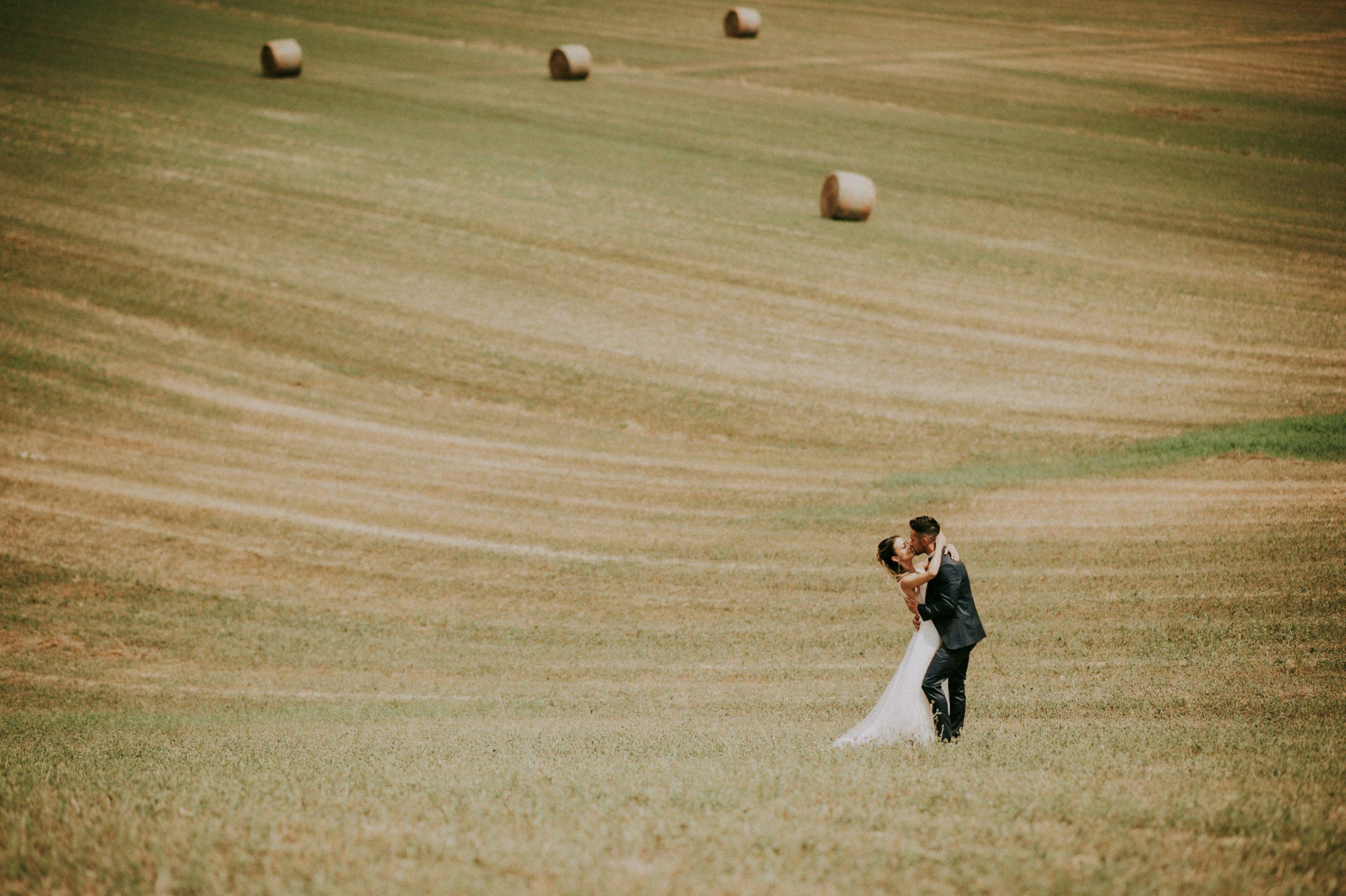 bellissima foto degli sposi a Borgo San Lorenzo nel Mugello nel campo di grano tagliato con le rotoballe