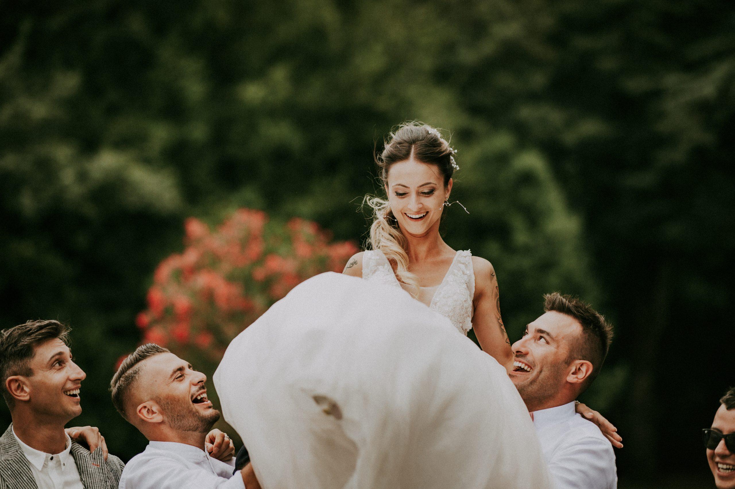 Sposa fatta saltare dagli amici matrimonio Villa di Corte Borgo San Lorenzo