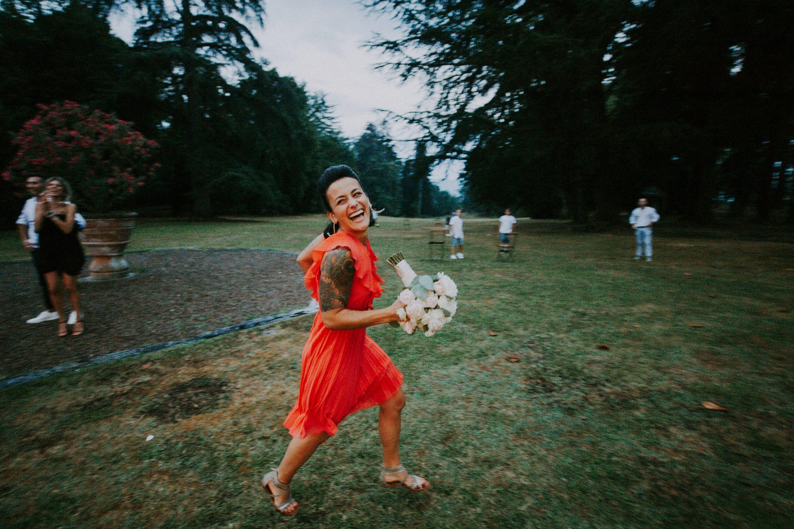 Amica dela sposa che prende il bouquet a Villa di Corte