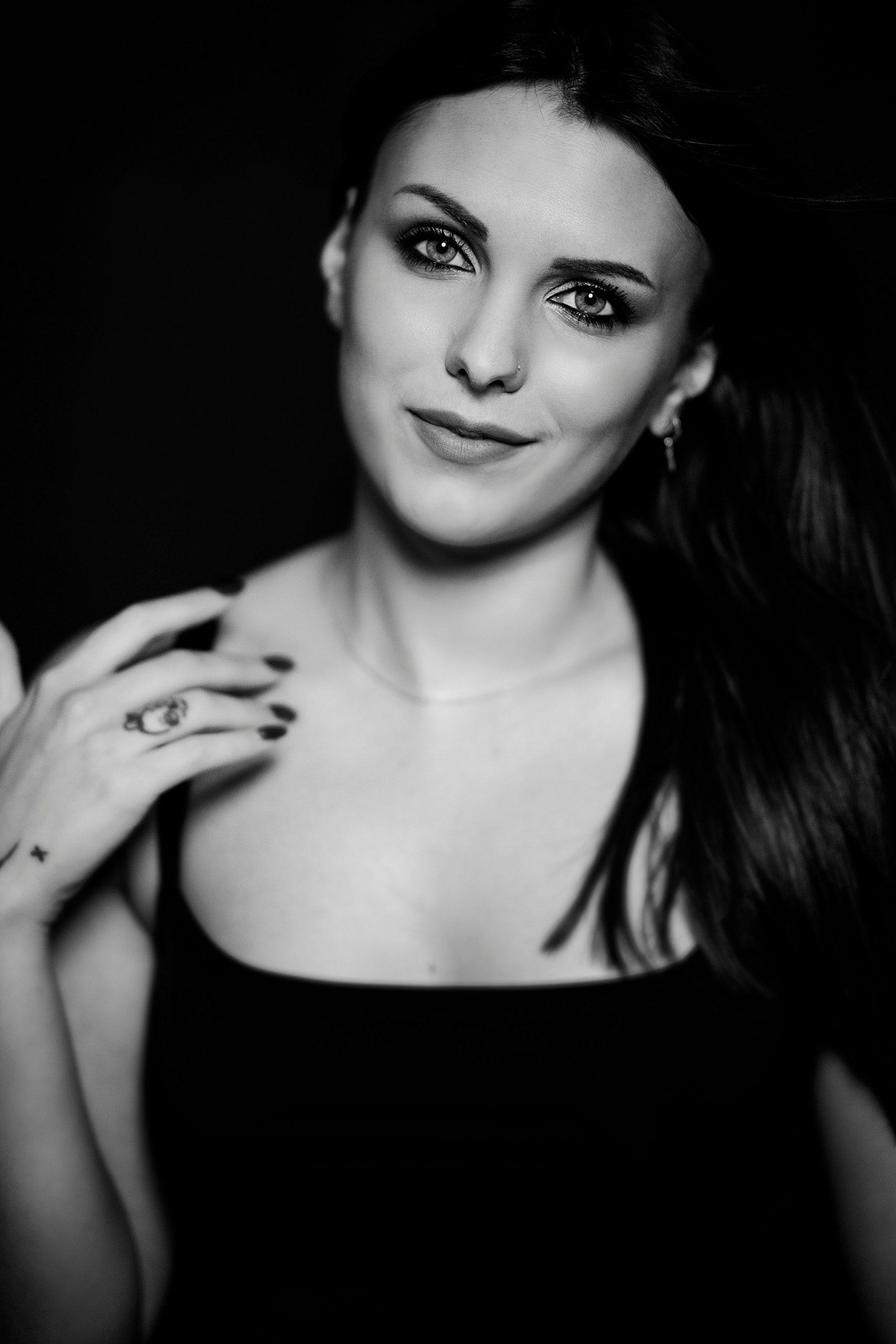 bellissimo ritratto in bianco e nero di bellissima ragazza con occhi chiari