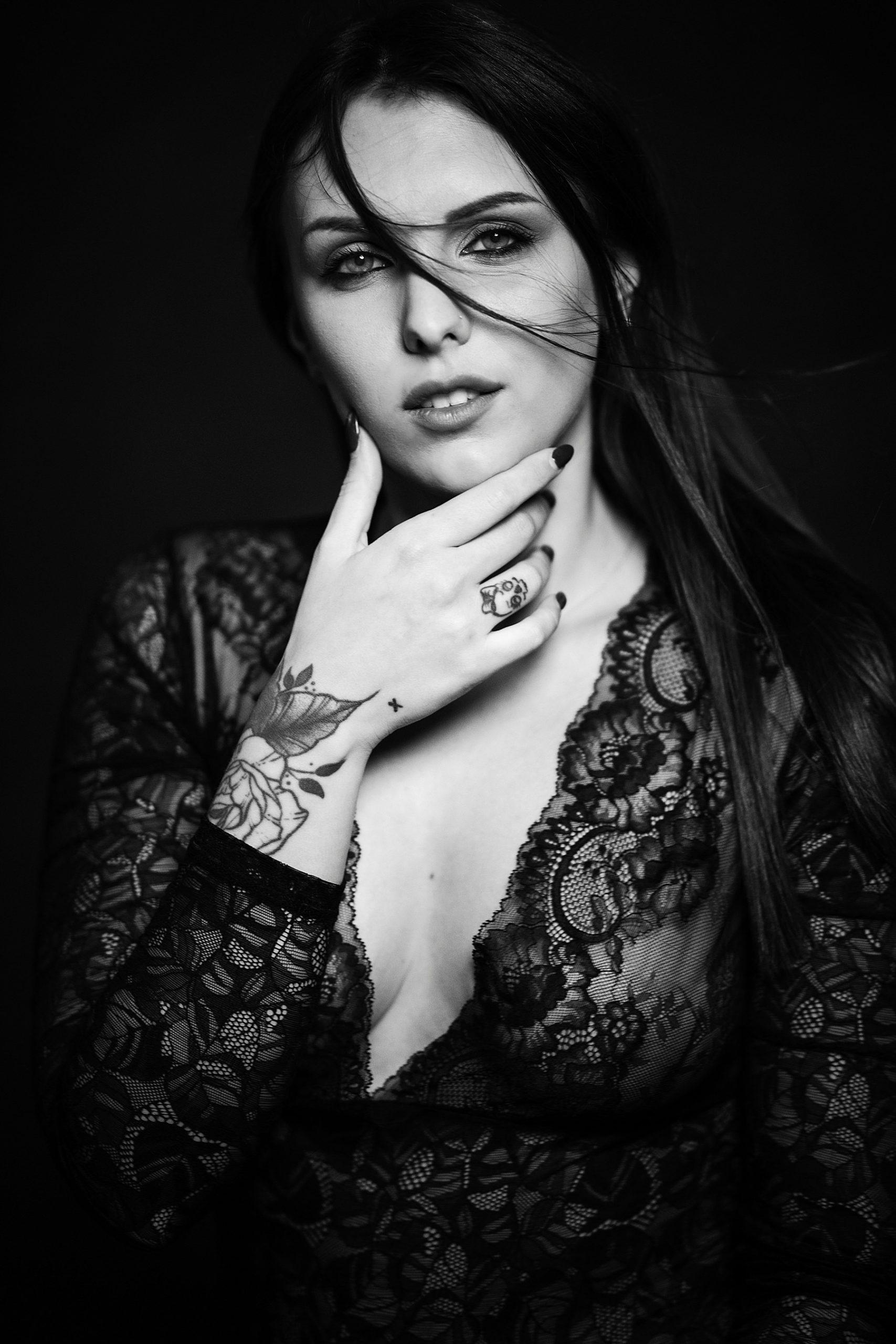 bellissimo ritratto in bianco e nero di ragazza con pizzo e scollo profondo