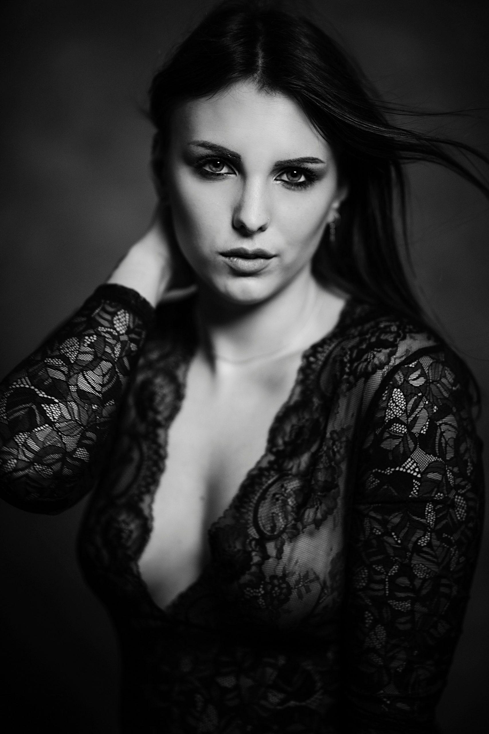 bellissimo ritratto in bianco e nero di bellissima ragazza con pizzo nero