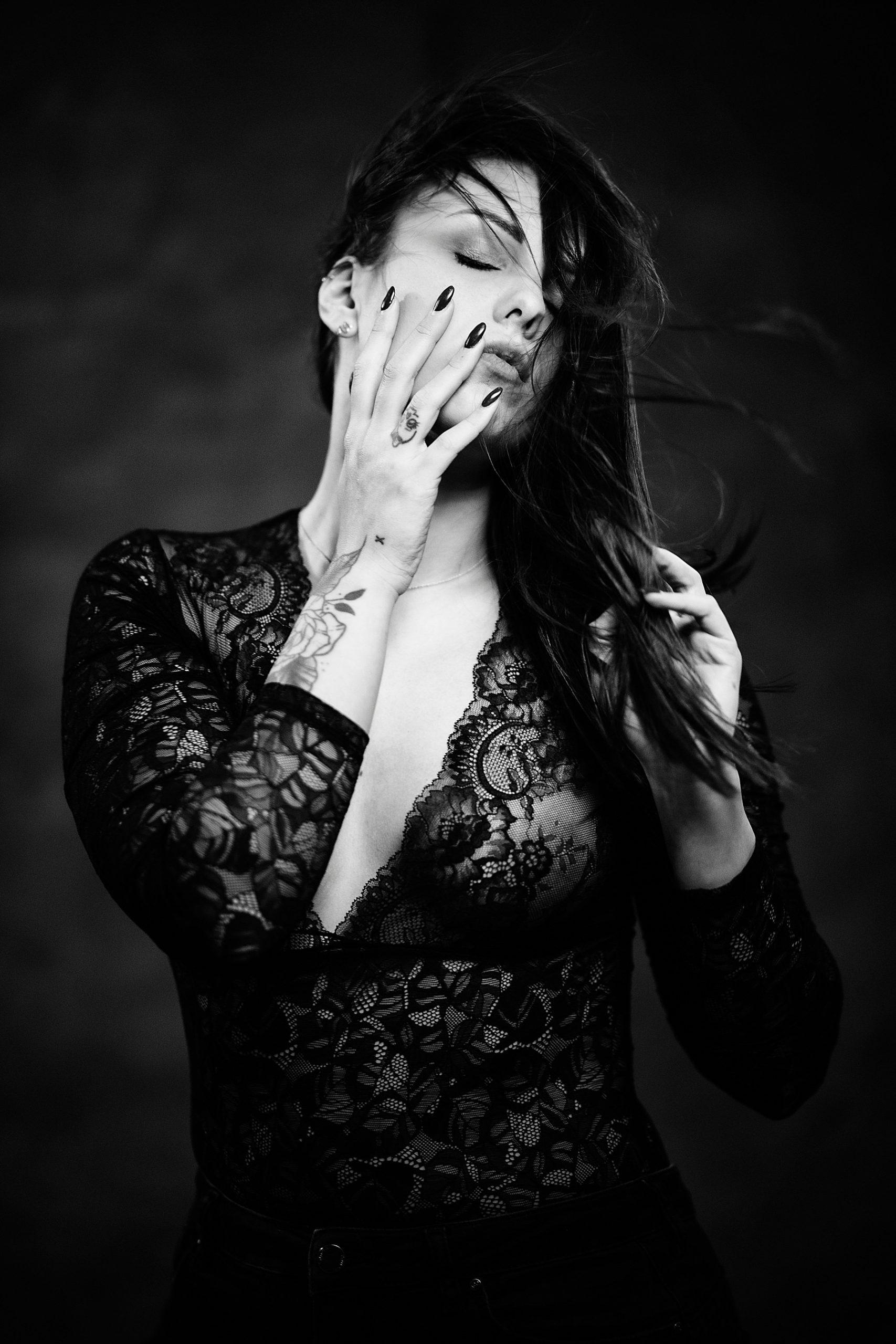 bellissimo ritratto in bianco e nero di ragazza in posa intensa con pizzo nero