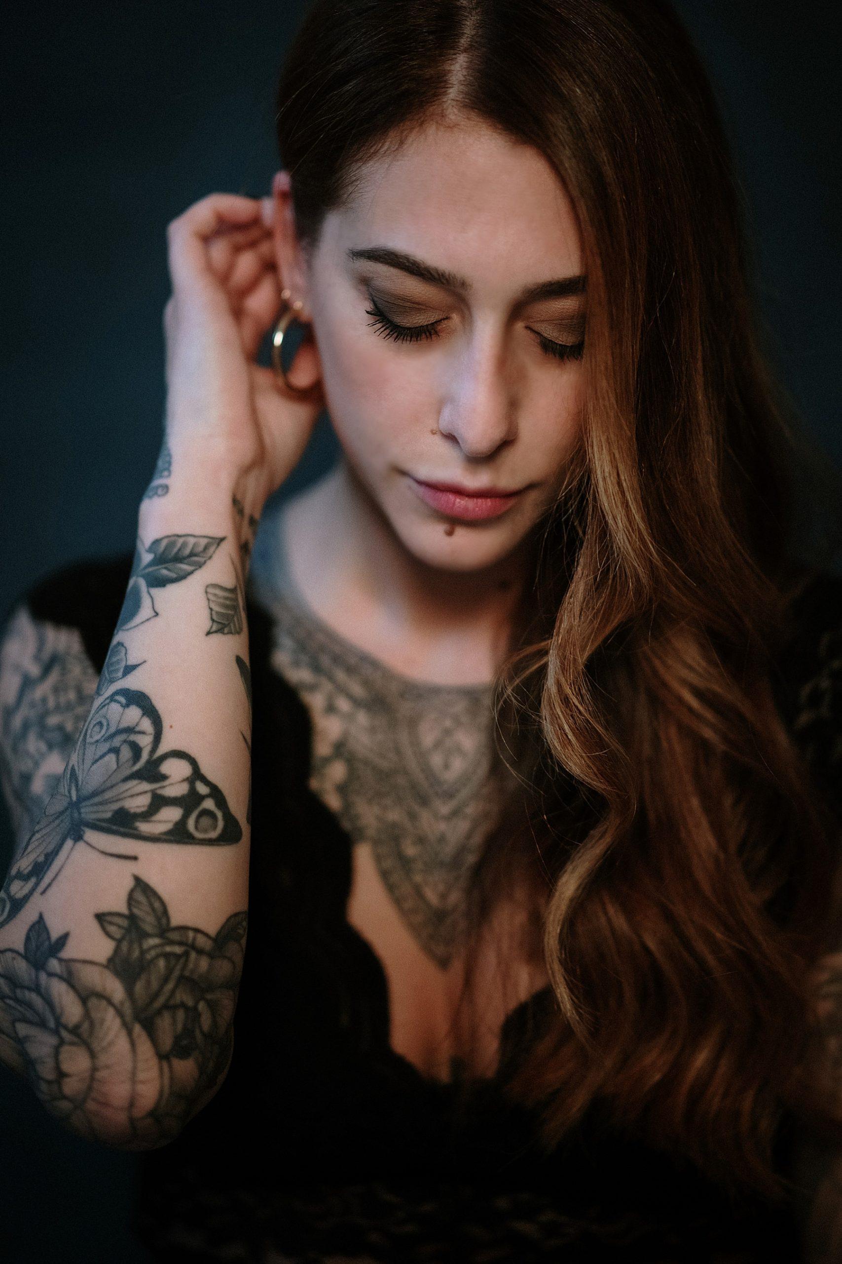 Bellissimo ritratto di ragazza dai capelli rossi realizzato in studio