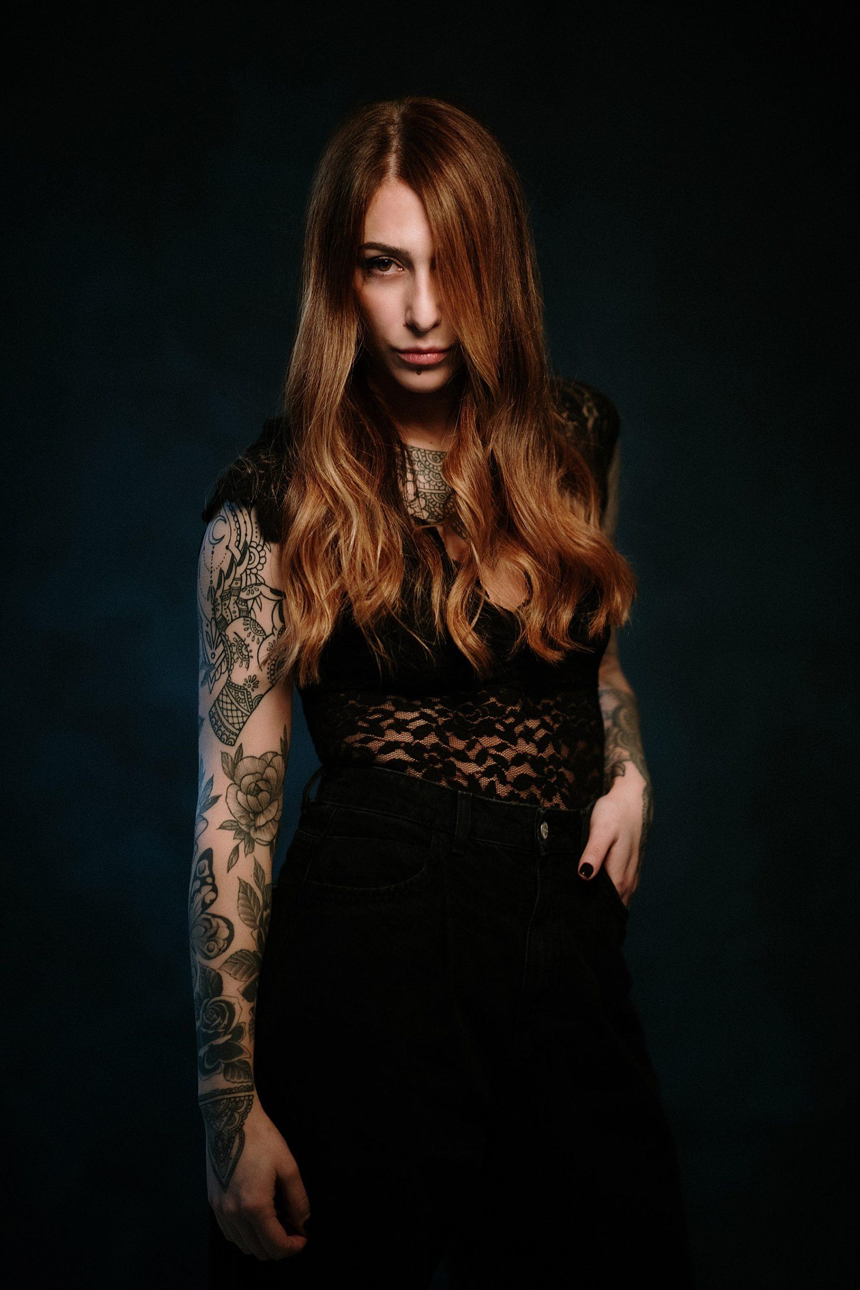 Bellissima modella tatuata dai capelli rossi