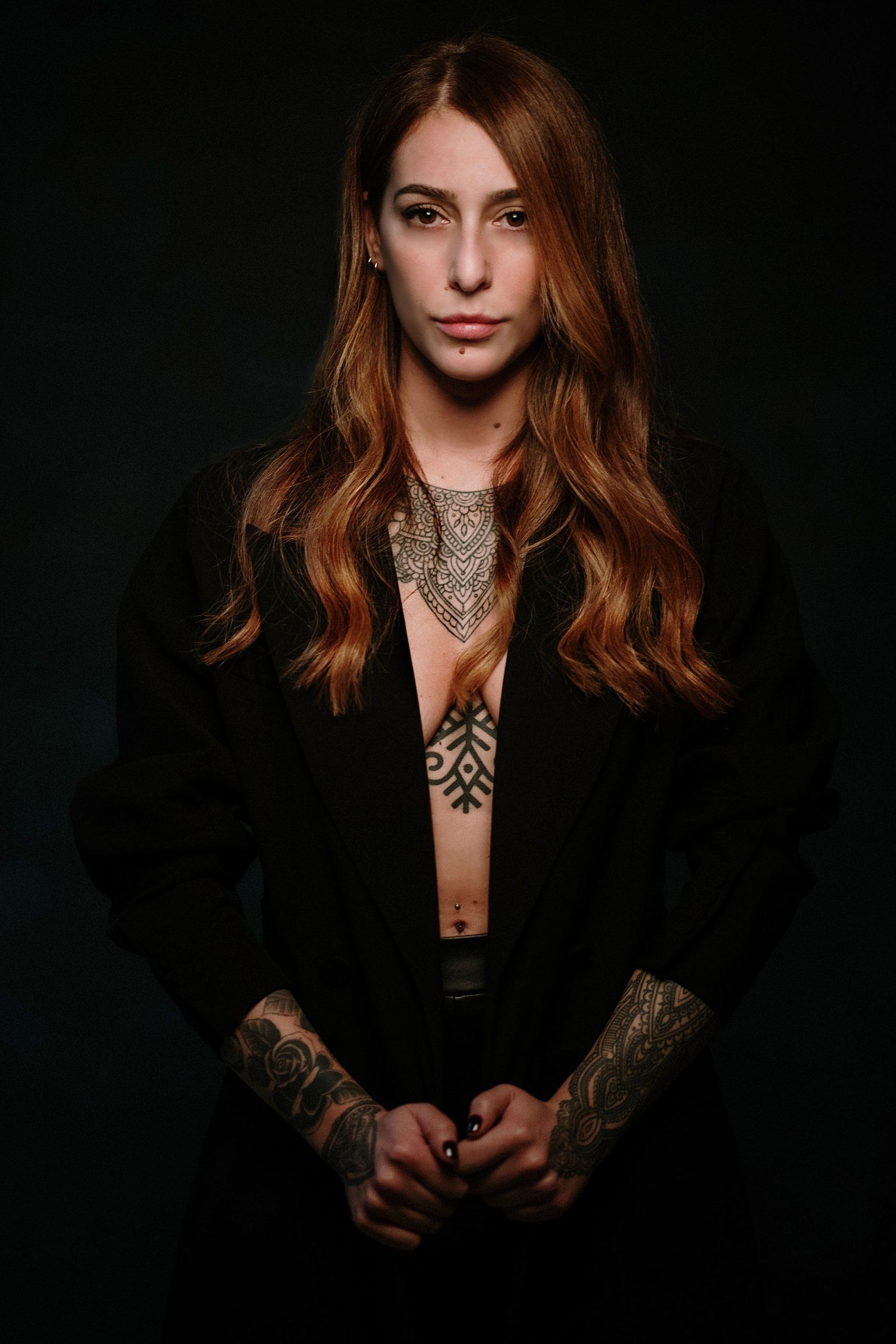 Bella ragazza tatuata su tutto il corpo