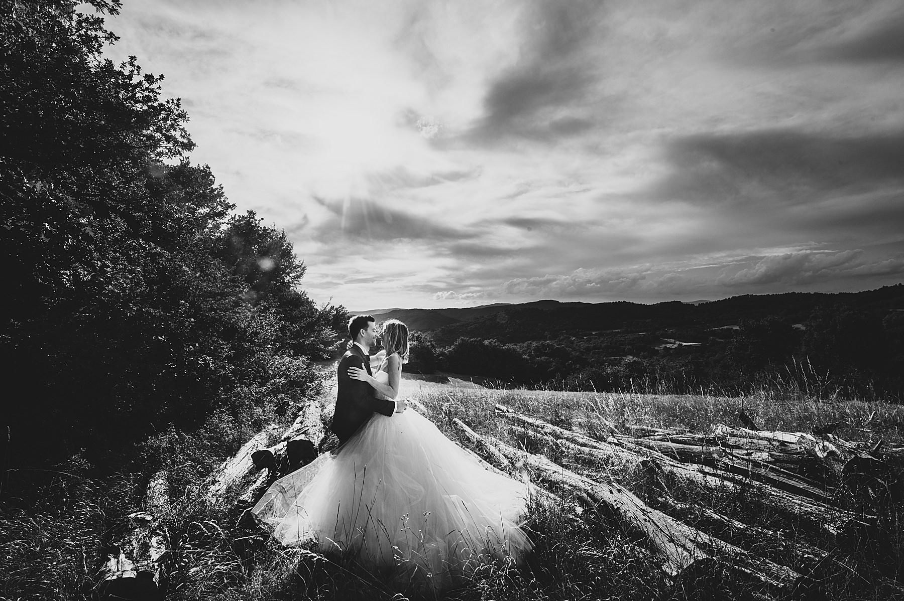 Un magico momento di luce durante lo shooting con gli sposi nella campagna del Mugello