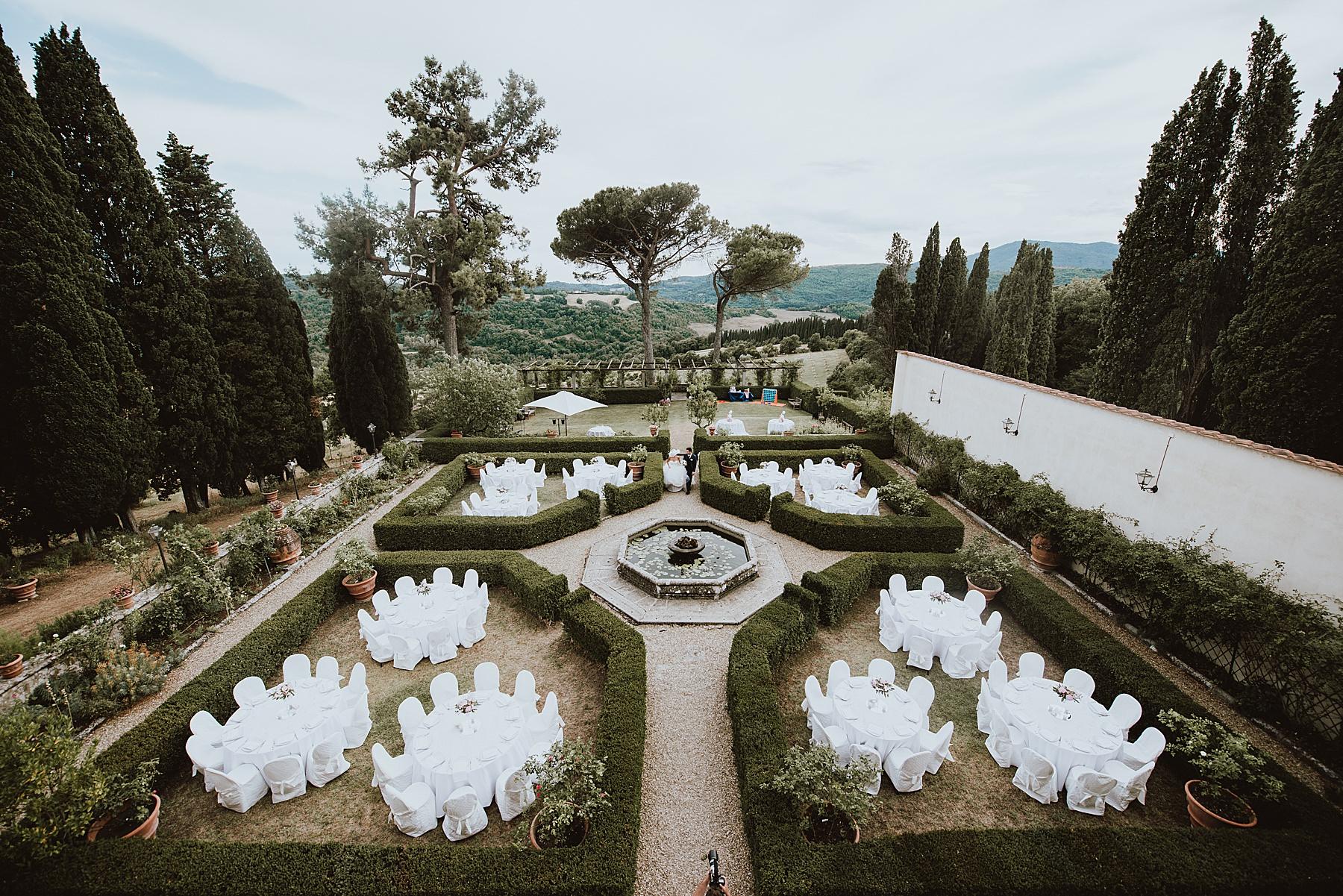 I tavoli dipsoti tra le siepi del giardino all'Italiana di Villa di Bivigliano