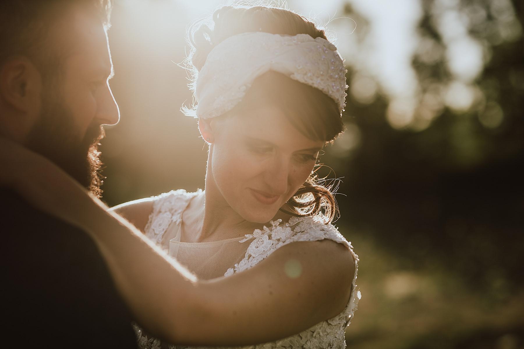 Un romantico momento di luce durante lo shooting con gli sposi