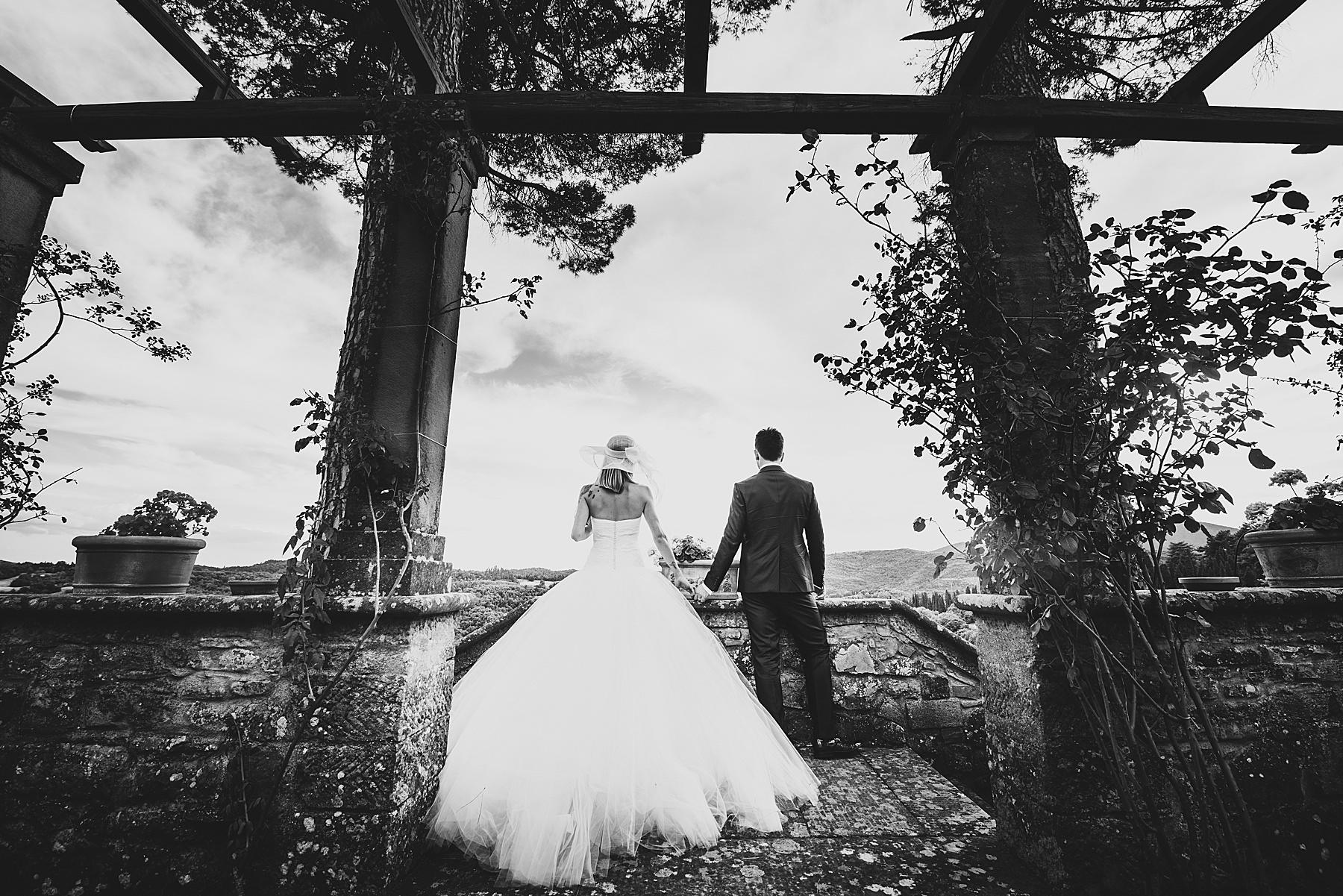 Gli sposi si godono il panorama dalla terrazza della bellissima Villa di Bivigliano