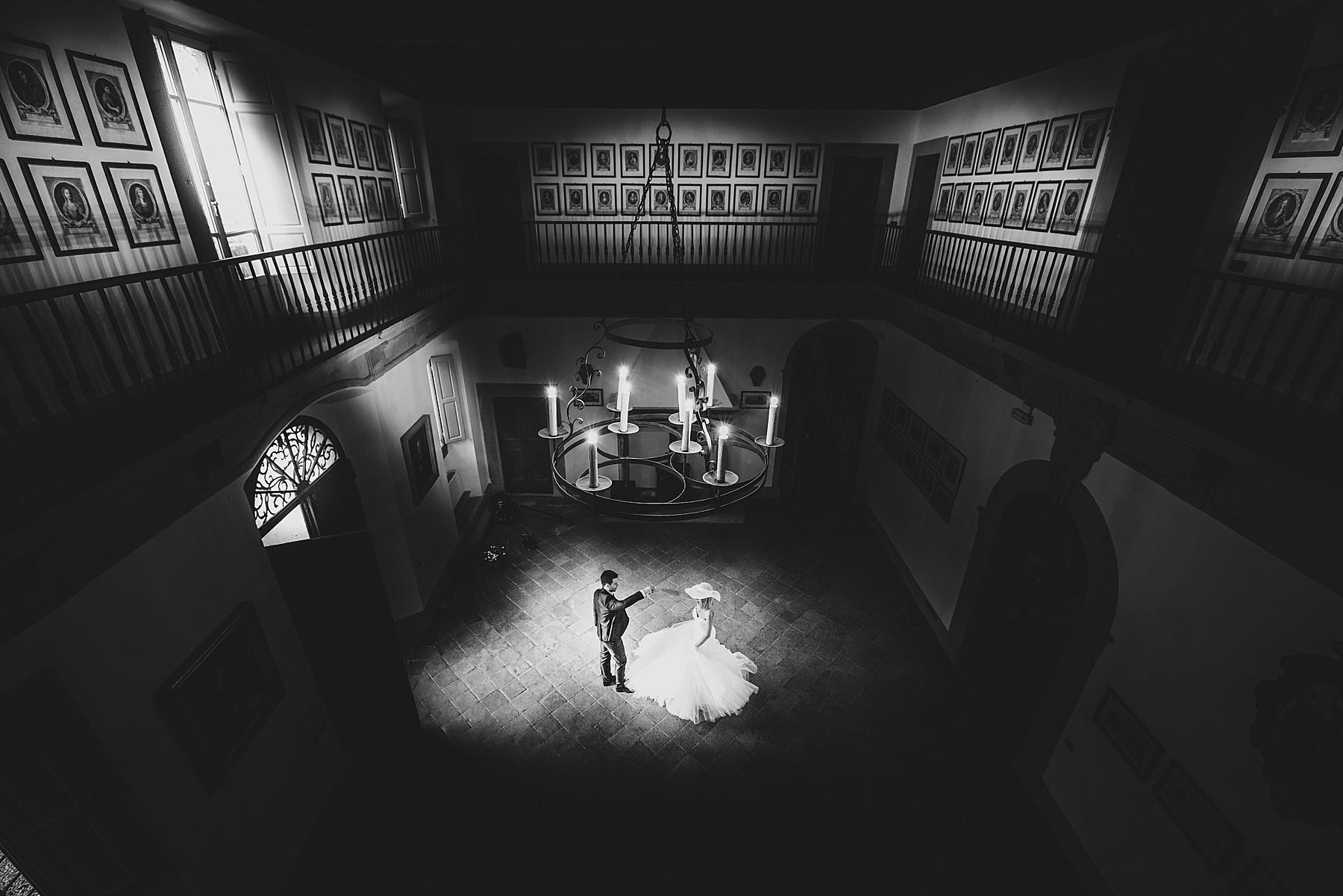 Il primo ballo degli sposi nella bellissima sala interna di Villa di Bivigliano a pochi chilometri da Firenze