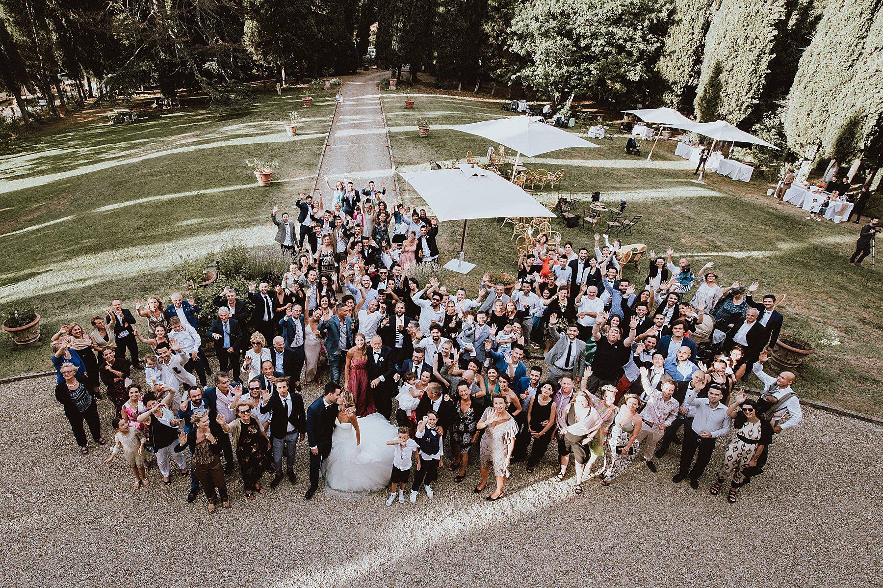 Foto di gruppo dall'alto di tutti gli invitati nel parco Villa di Bivigliano nel Mugello